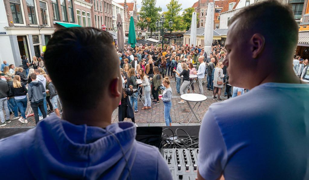 De geluidsknoppen moeten ietsje terug bij het dj-evenement 'De Brug Draait Door', komende zondag op de Platte Stenenbrug in Alkmaar