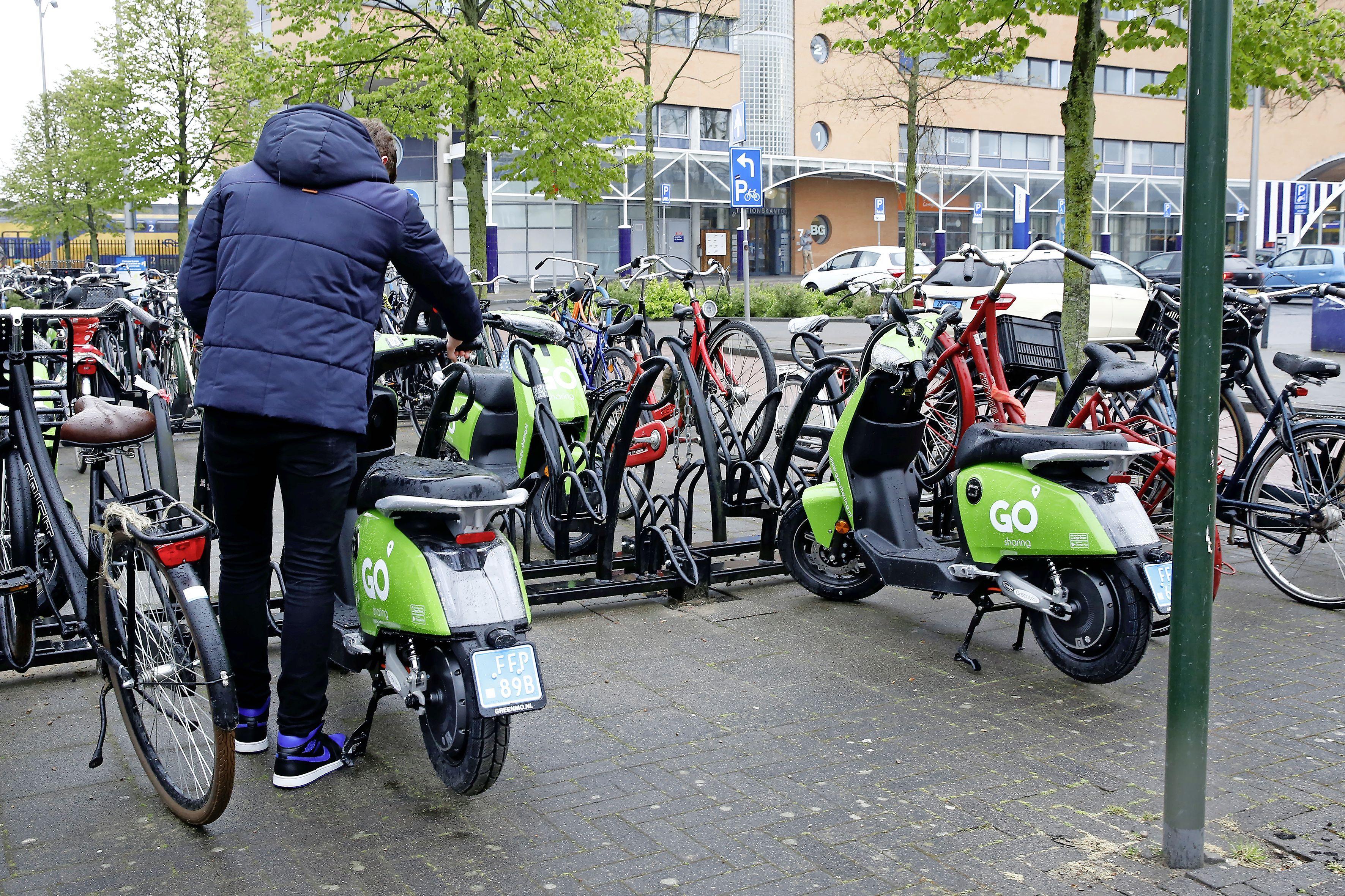 De klagers over deelscooters hebben gelijk: de suggestie van lezers om vaste plekken in te richten is helemaal nog niet zo gek   opinie
