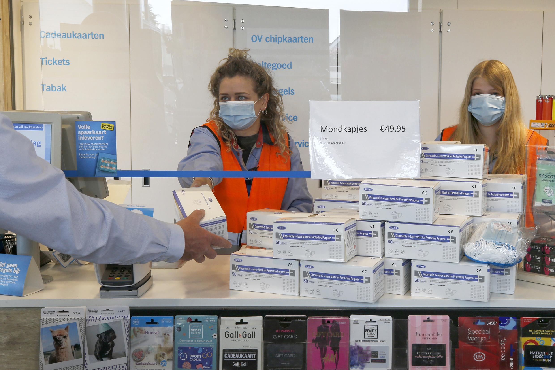 De vraag naar mondkapjes is enorm. De Albert Heijn in Callantsoog verkocht er 70.000 in een week: 'Iedereen heeft die dingen nodig'