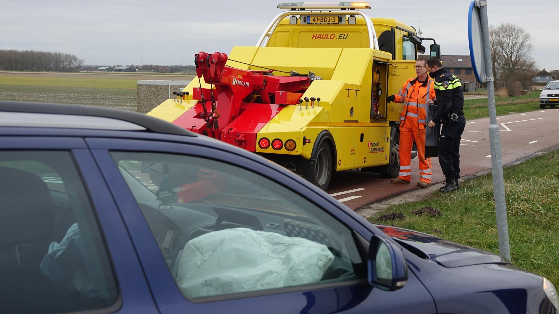 Twee auto's botsen op elkaar in Callantsoog