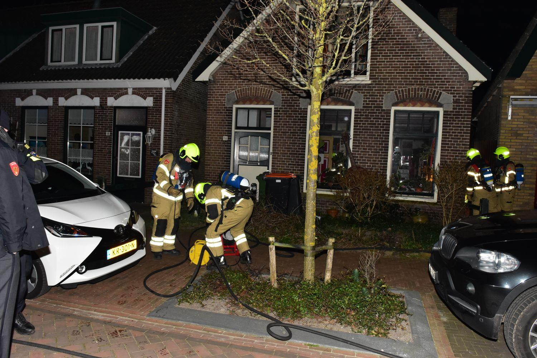 Omgevallen kaars zet woning in brand in De Cocksdorp