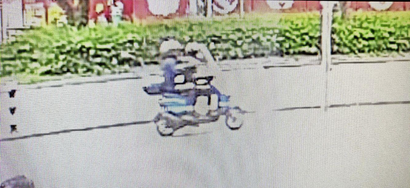 Bromfietser rijdt op zebrapad voetganger (78) aan en gaat ervandoor. Man breekt heup, politie zoekt daders [video]