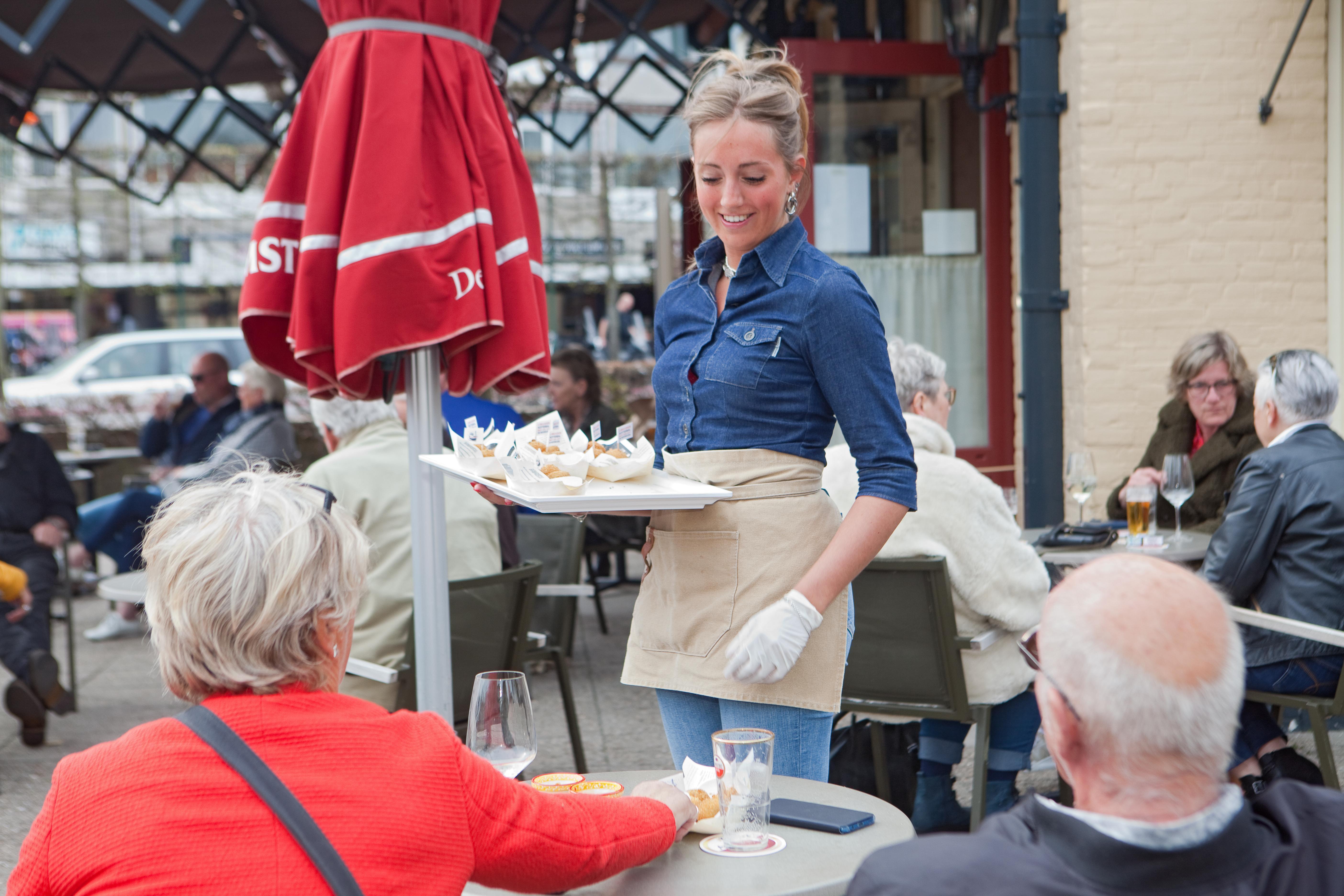 Met een vulling van Hollandse garnaaltjes en grietfilet moet de IJmuider Kotterbal de borreltafels in Nederland veroveren