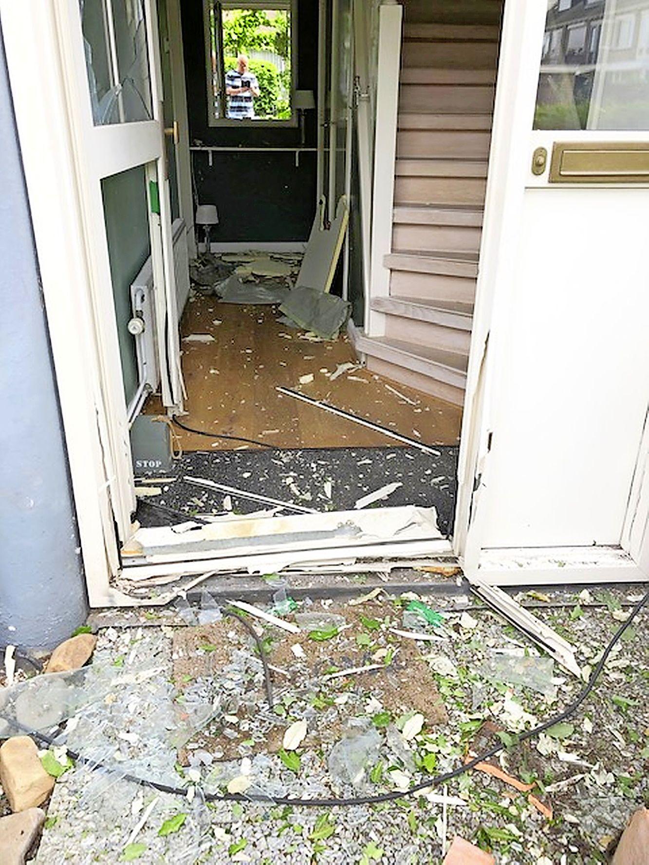 Explosie blaast voordeur uit kozijn van woning in Bennebroek