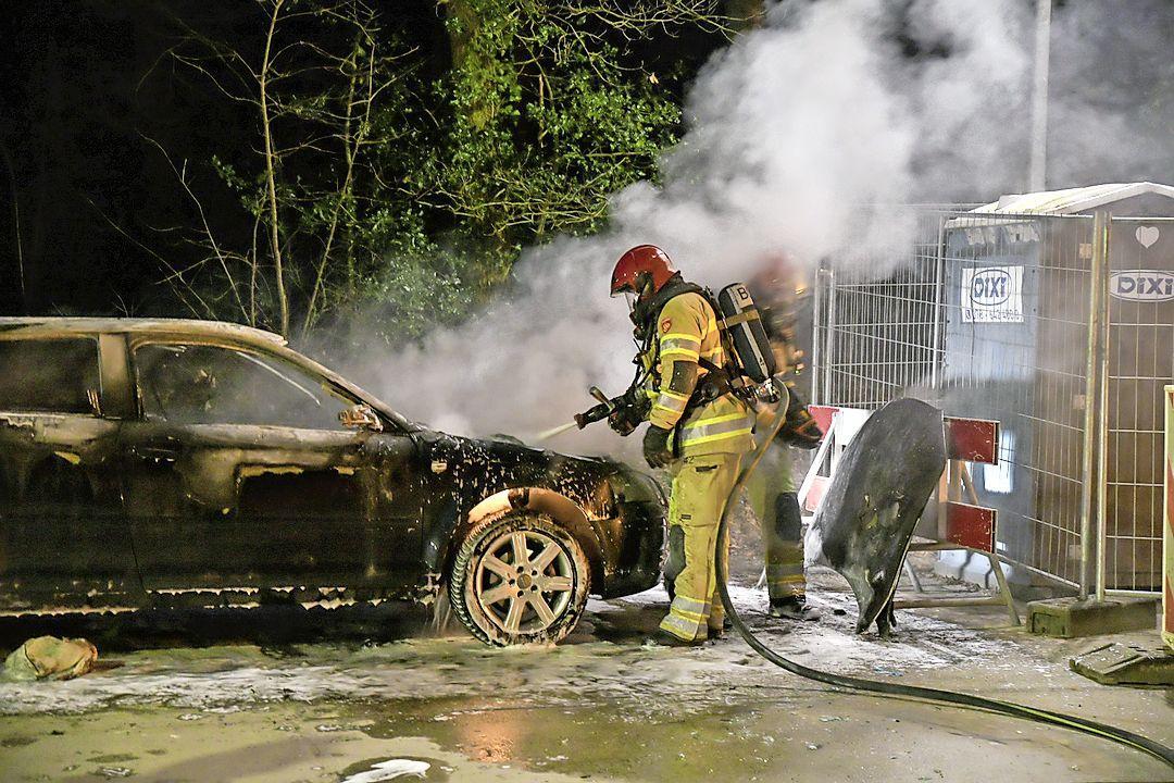 Geparkeerde auto verwoest door brand in Hilversum
