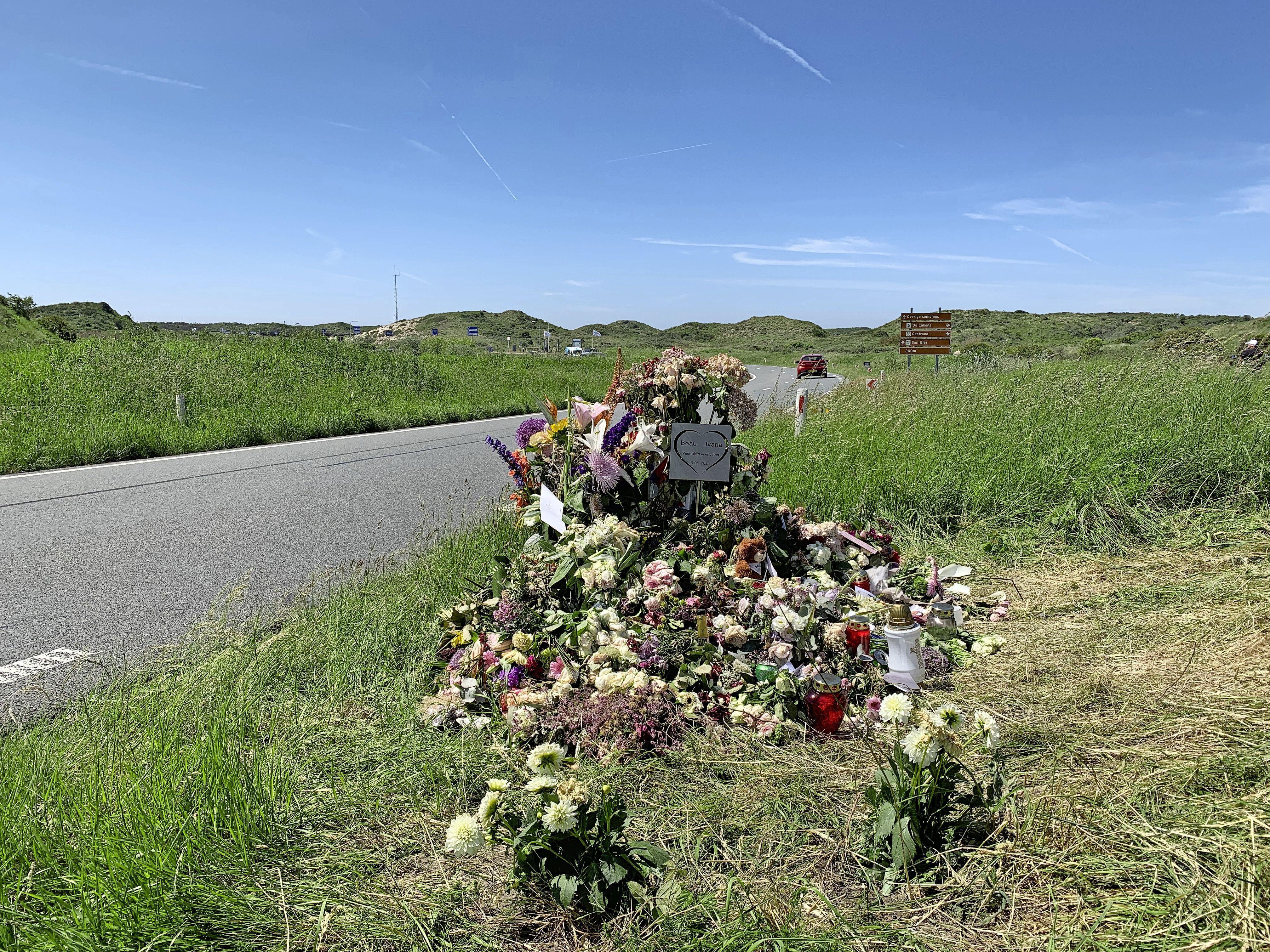 Bloemenhulde voor omgekomen jonge vrouwen aan Zeeweg
