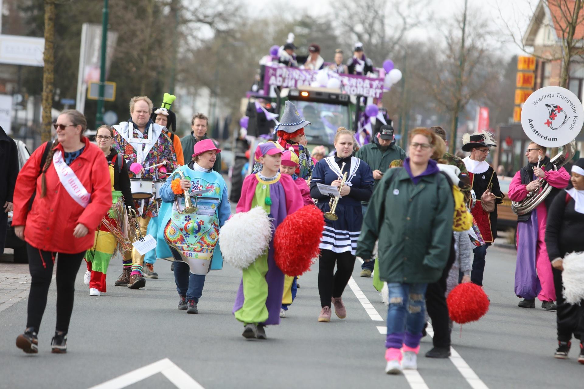 Carnavalsoptocht trekt met tientallen praalwagens door Soest [video]