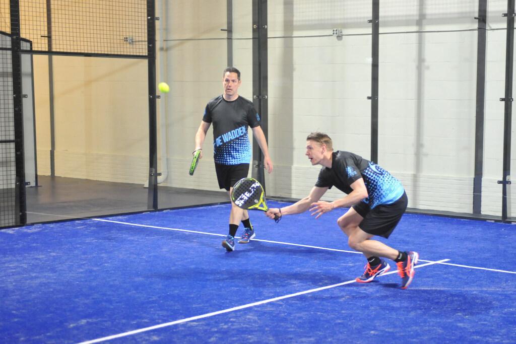 Sportcentrum De Wadden ontdekt ook stormachtig groeiende sport en heeft nu twee indoor padelbanen:'Squash zal niet verdwijnen'