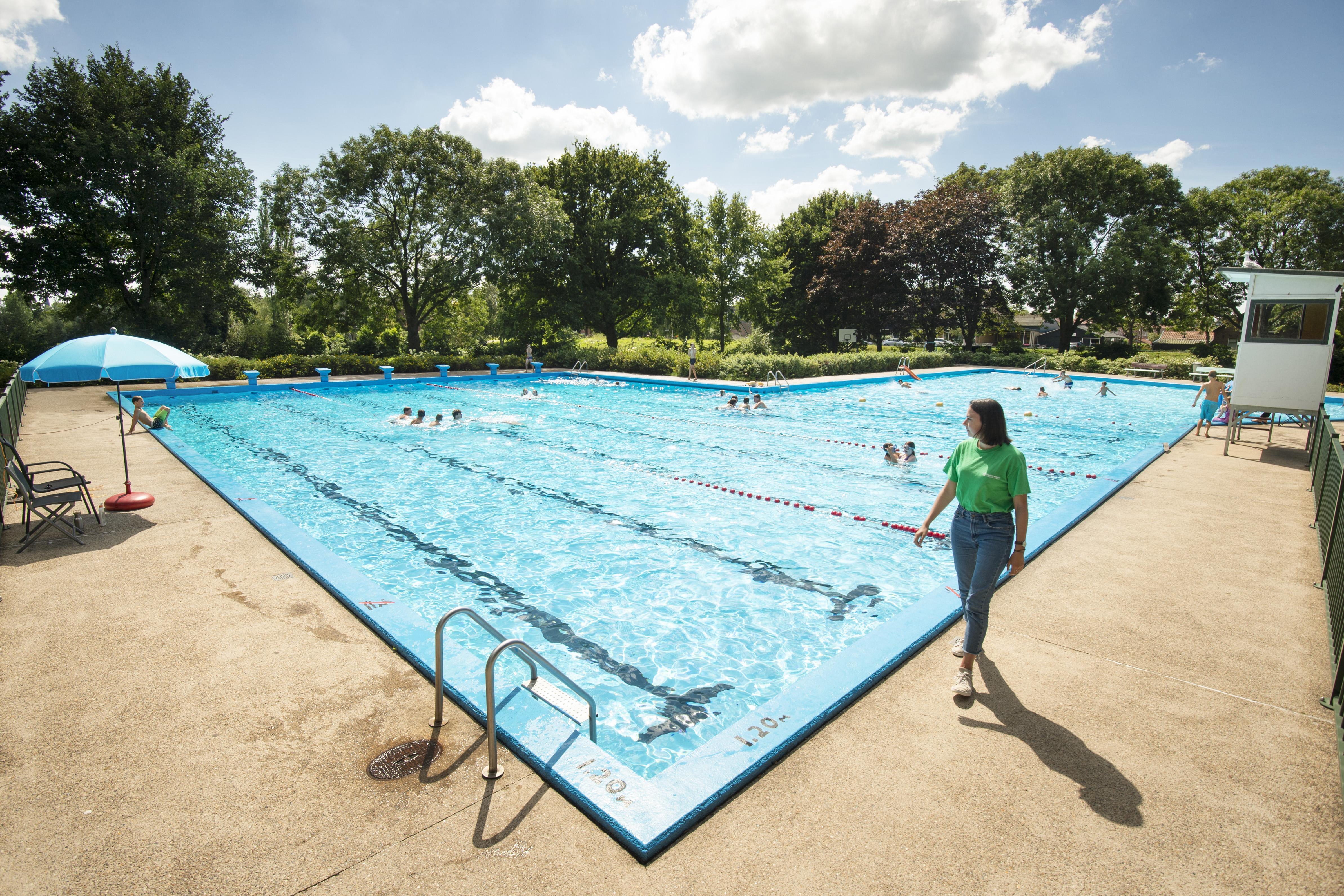 Ondanks zomerse temperaturen geen topdrukte in openluchtzwembaden: 'We kunnen niet iedereen toelaten'