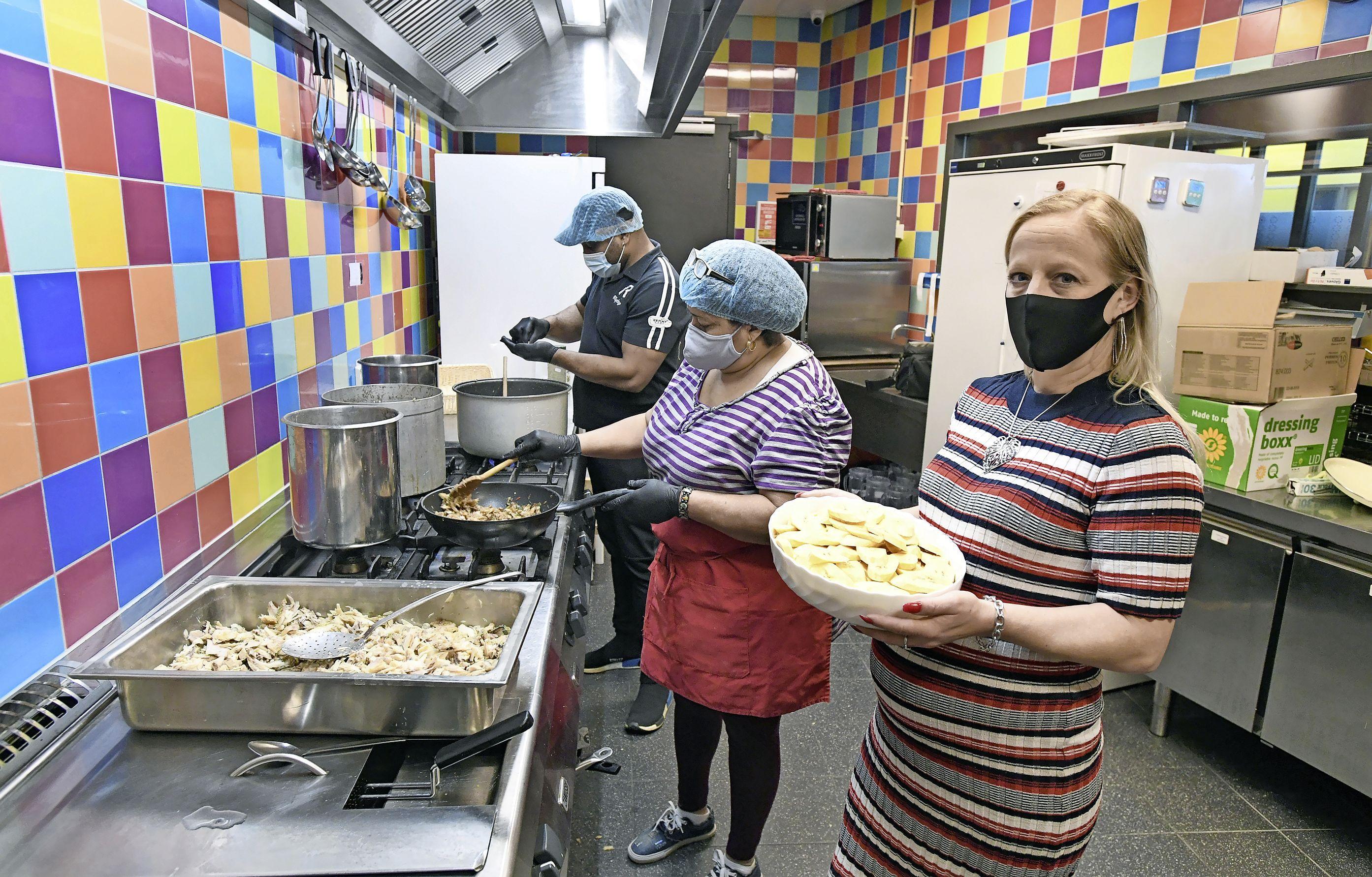 Afhaalmaaltijden voor een prikkie in 't Wijkhuis in Den Helder. 'Voordat er is gekookt, zijn de maaltijden al uitverkocht'