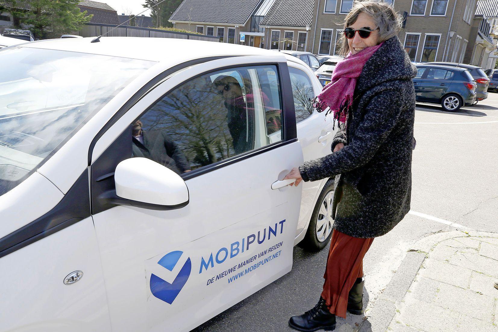 Met de deelauto vanuit Anna Paulowna langs de stalletjes van boeren in West-Friesland. Per openbaar vervoer 'is het steeds lastiger ergens te komen', vindt Joke Vossen