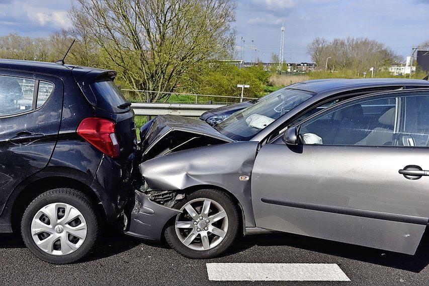 Vier auto's betrokken bij ongeluk in Zoeterwoude; N11 richting Leiden afgesloten