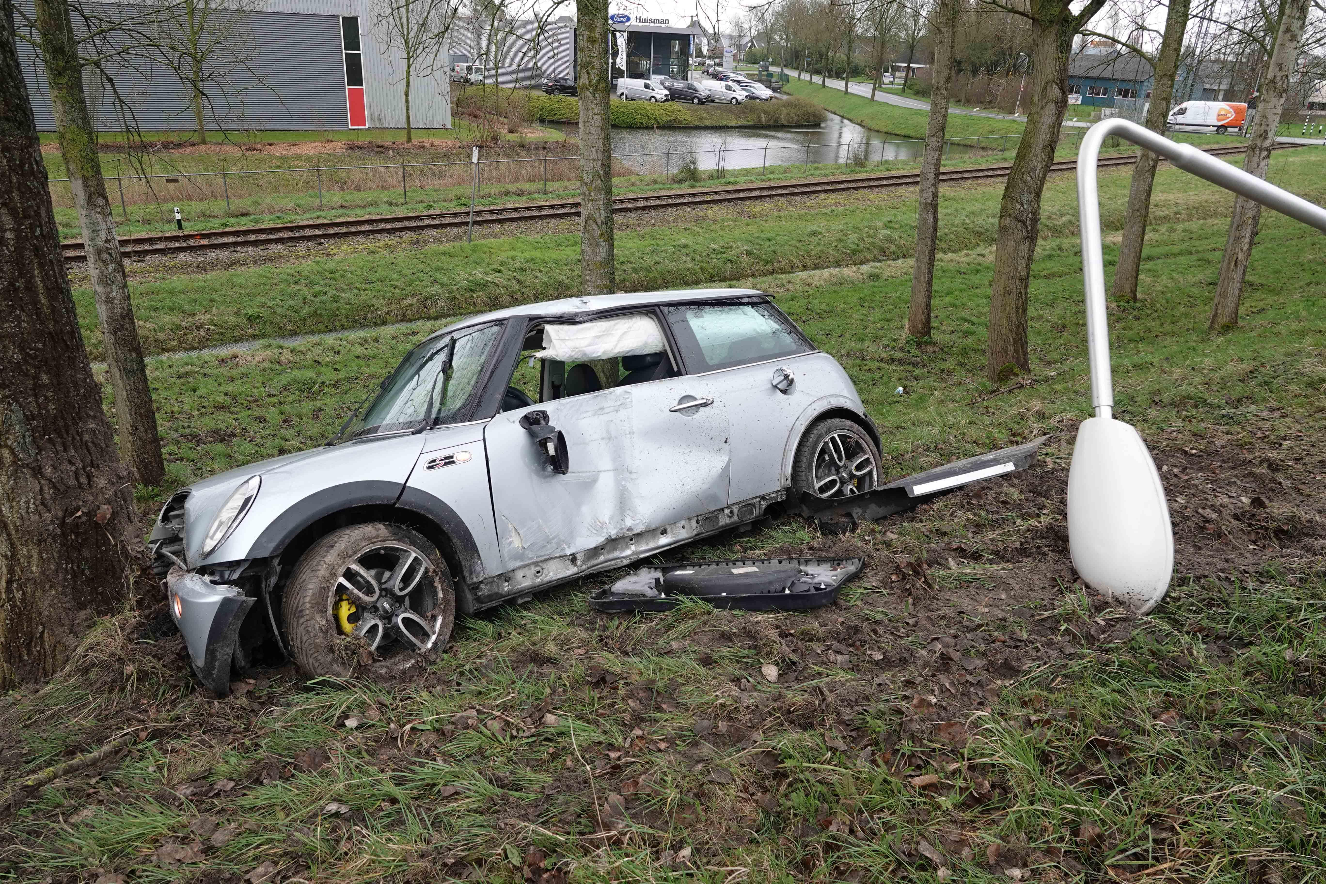 Automobilist ramt lantaarnpaal en boom langs A7