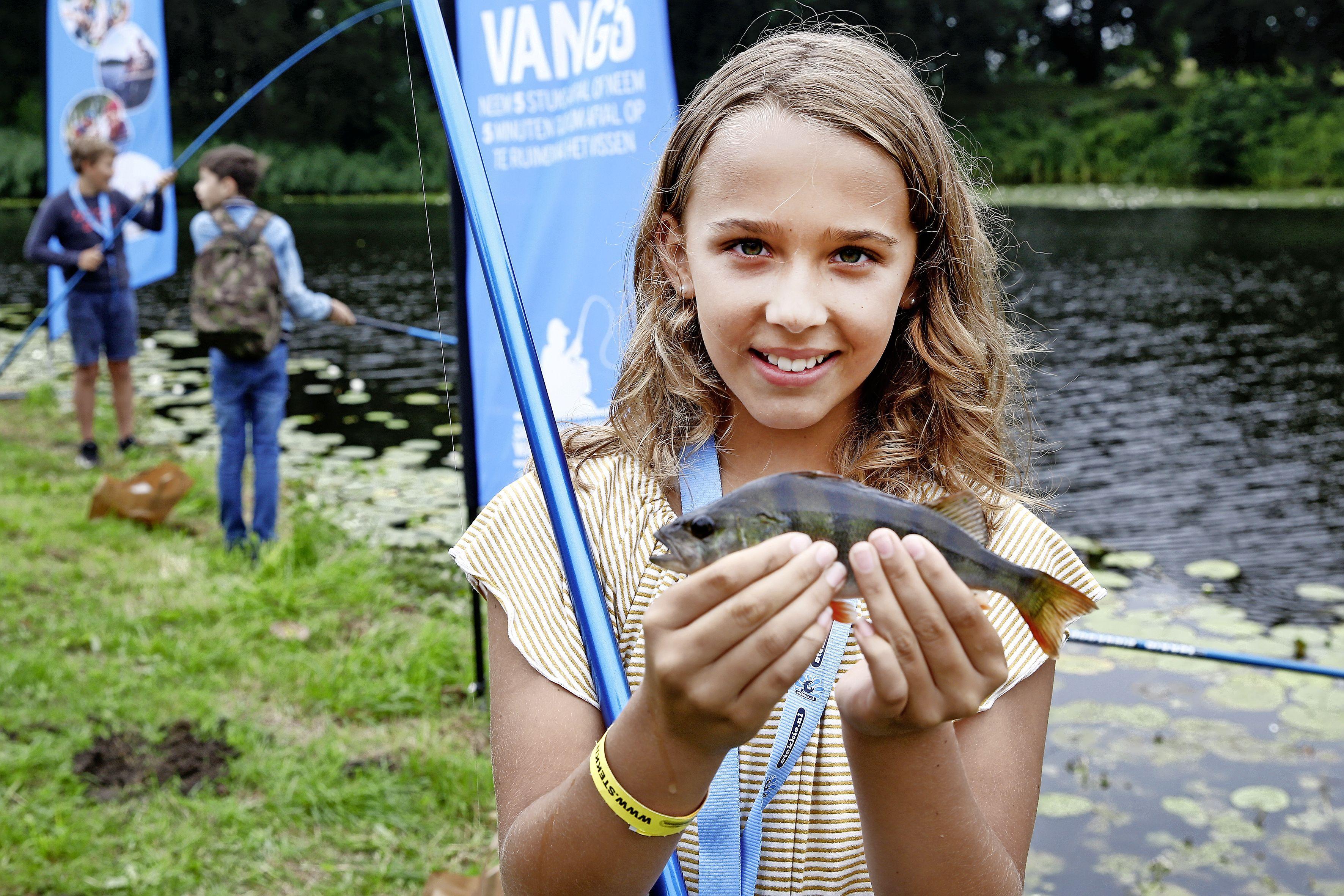 Naardense jeugd leert vissen. 'Je zit heel lang te wachten en te hopen dat er iets aan komt en dan ineens heb je er een!'
