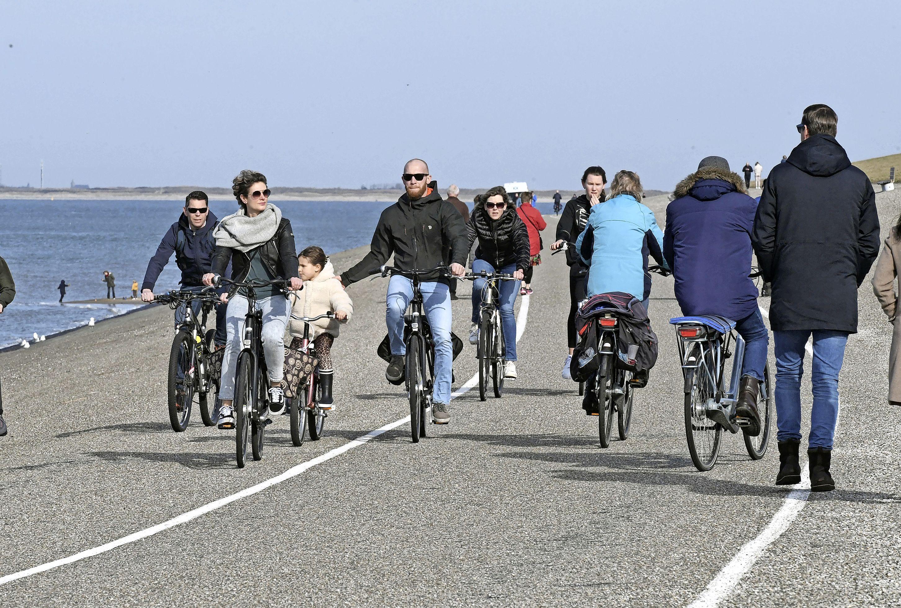 De voorjaarszon lokt ons massaal naar buiten. Een stukje fietsen, wandelen of op een bankje genieten van alles wat voorbijkomt op de dijk van Huisduinen