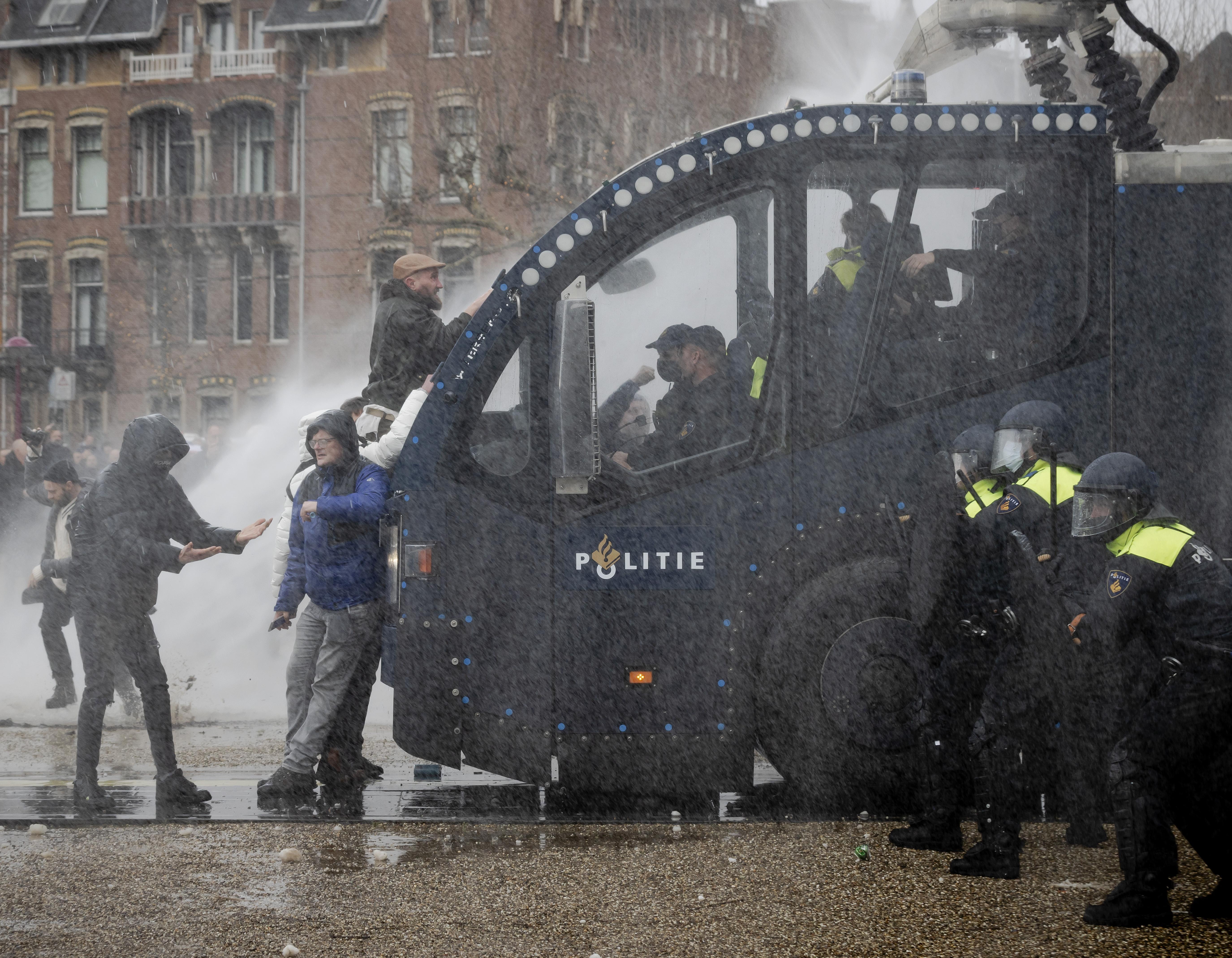 Purmerender opgepakt voor geweld bij anticoronademonstratie op Museumplein