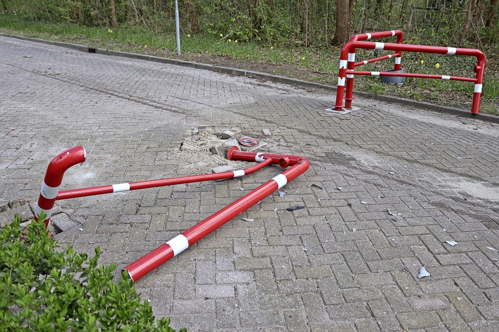Automobilist richt kleine ravage aan in Noordwijkerhout en gaat ervandoor, maar laat wel zijn kentekenplaat achter