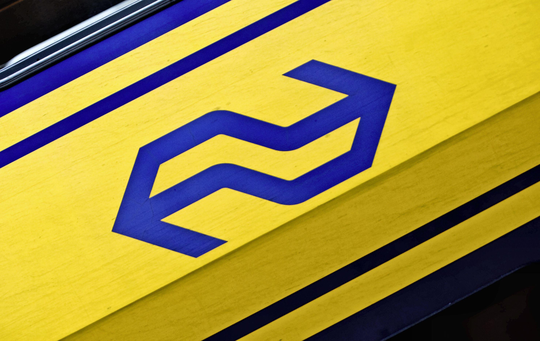 Vrachtwagen rijdt tegen spoorviaduct Oudeweg: geen treinen tussen Haarlem en Amsterdam