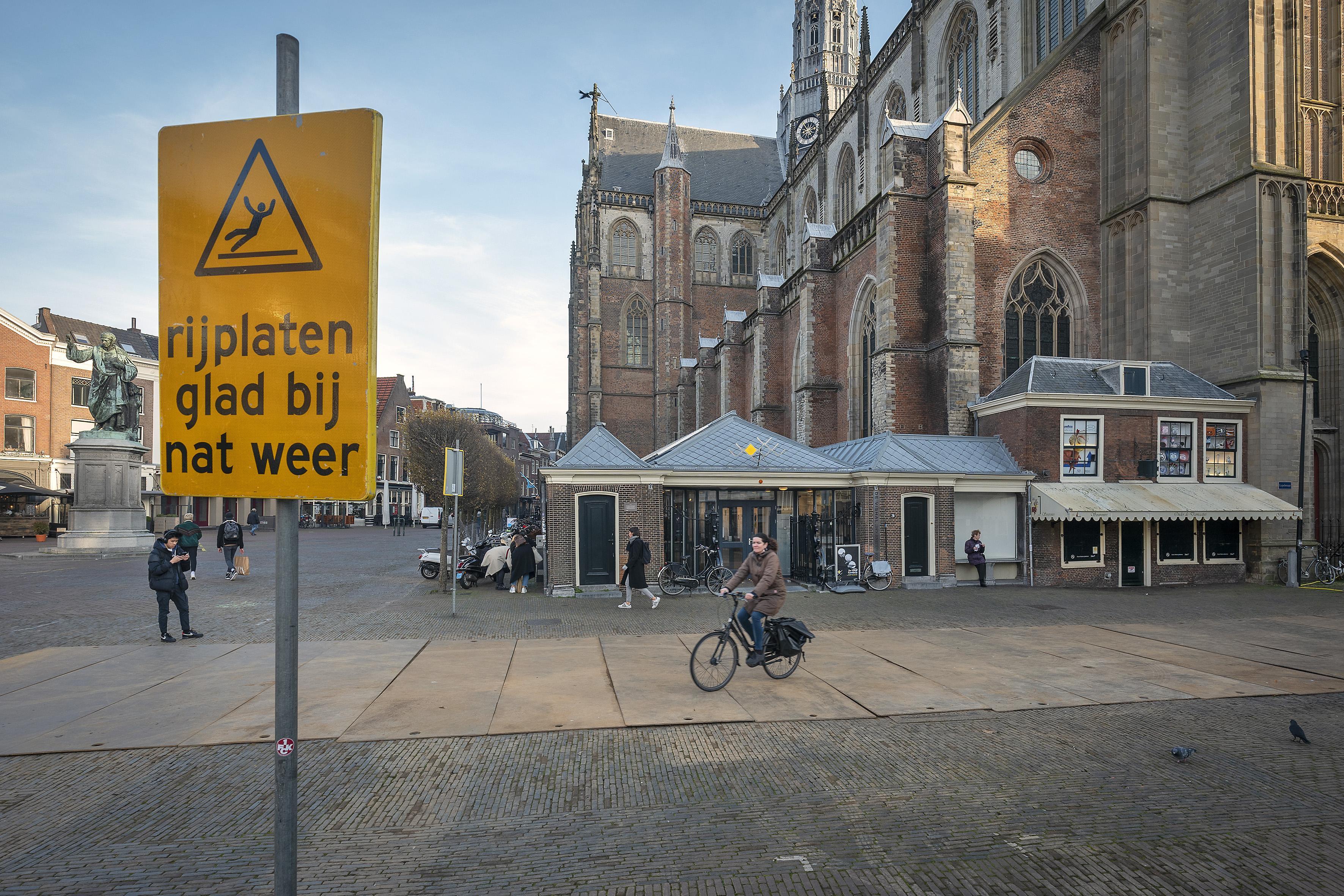 Wat doen die stalen rijplaten op de Grote Markt in Haarlem?