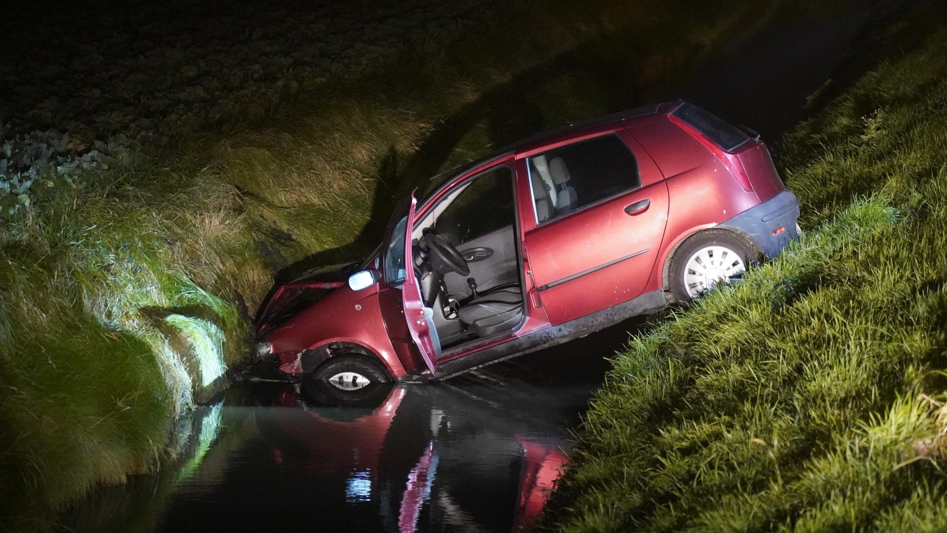 Auto eindigt in sloot Dirkshorn, bestuurder met nat pak later pas aangetroffen