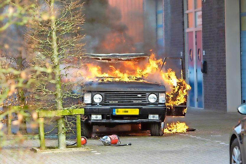 Oldtimer verwoest door brand op Eemnesser bedrijventerrein. Johan Bruinekool ziet zijn levenswerk in vlammen opgaan. 'Ik probeerde nog te blussen. Dit is zo triest'
