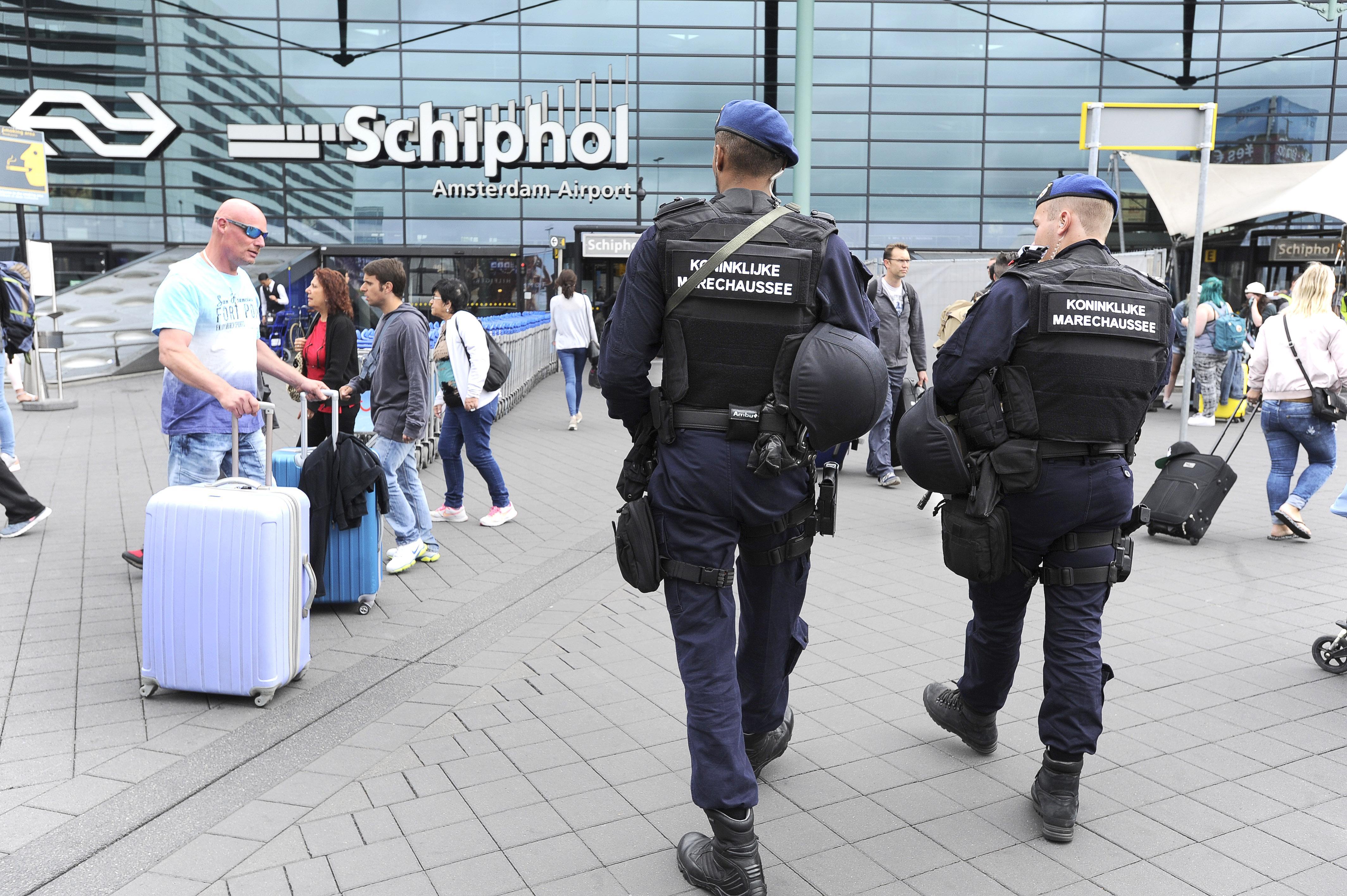 Man met kapmes aangehouden op Schiphol Plaza