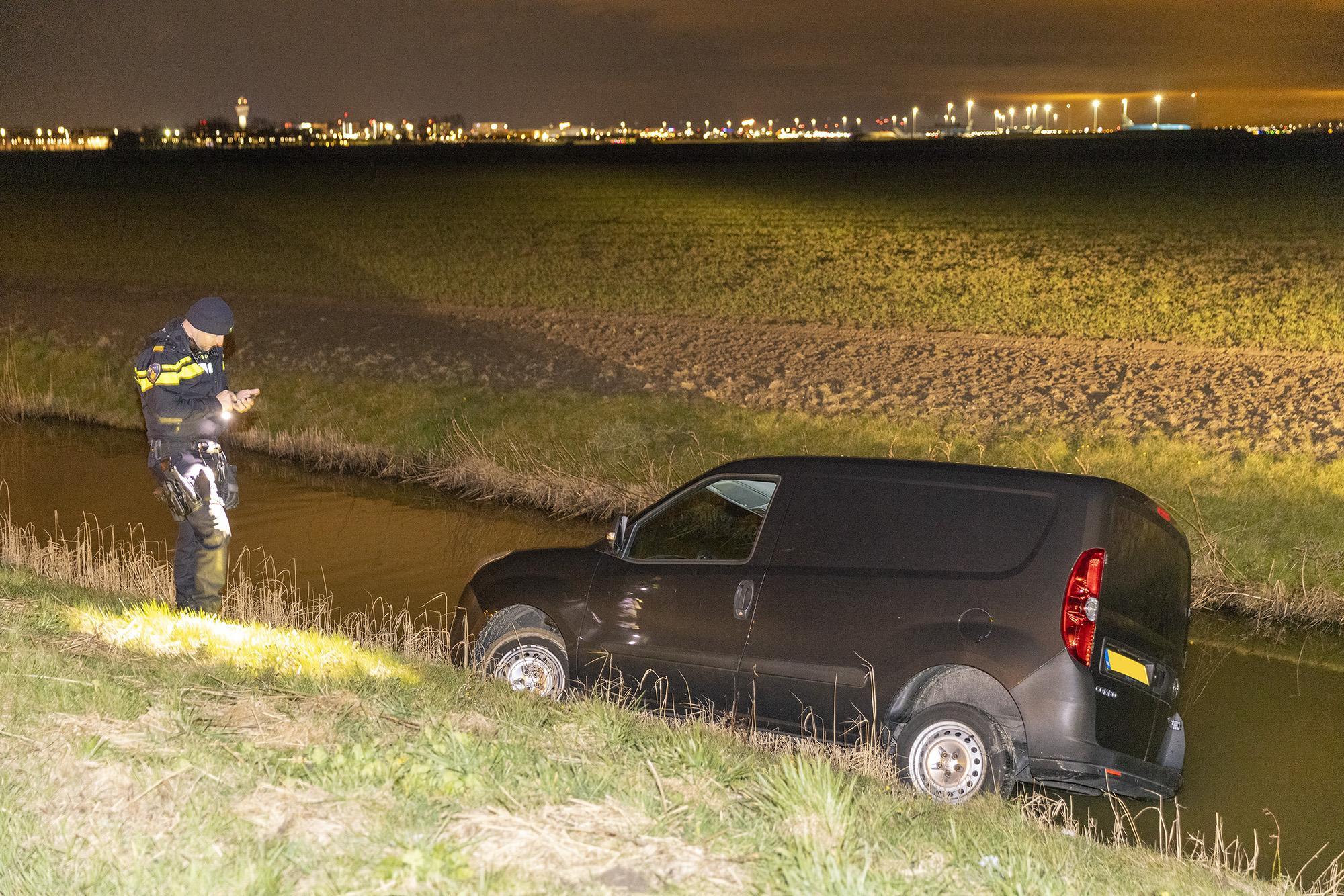 Busje raakt te water in Lijnden, agent met nachtkijker op zoek naar bestuurder