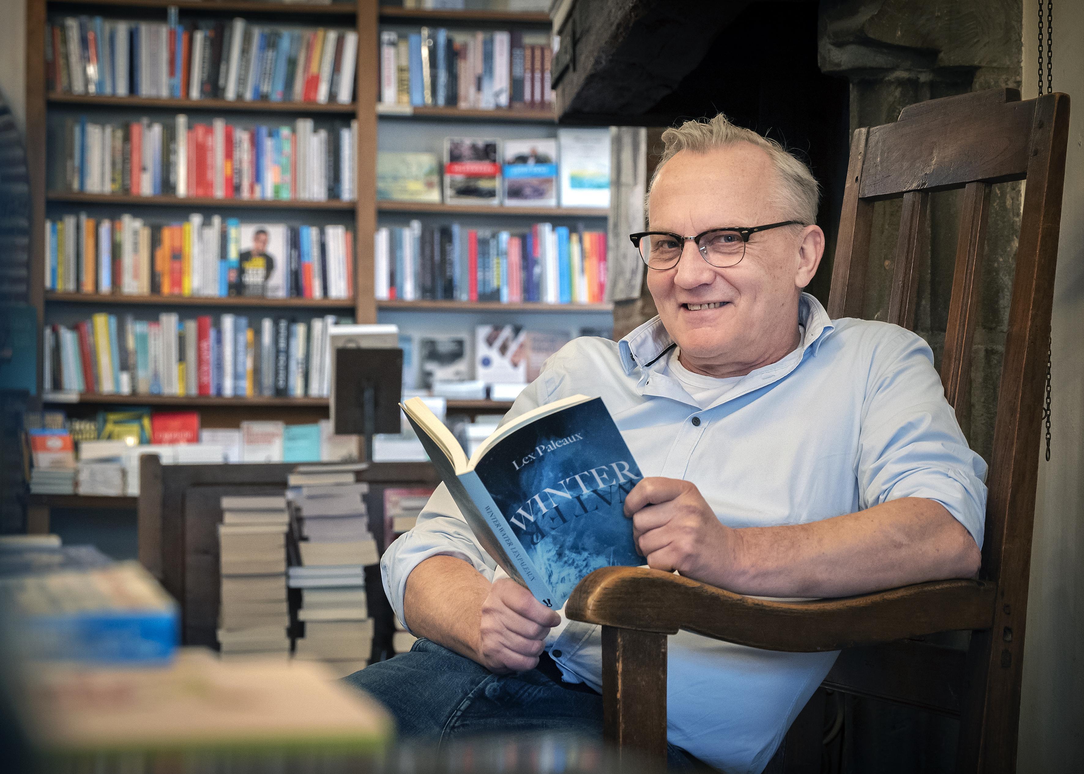 Aantrekkelijke, lezende mannen op het Facebookaccount van Haarlemse boekwinkelmanager Daan van der Valk