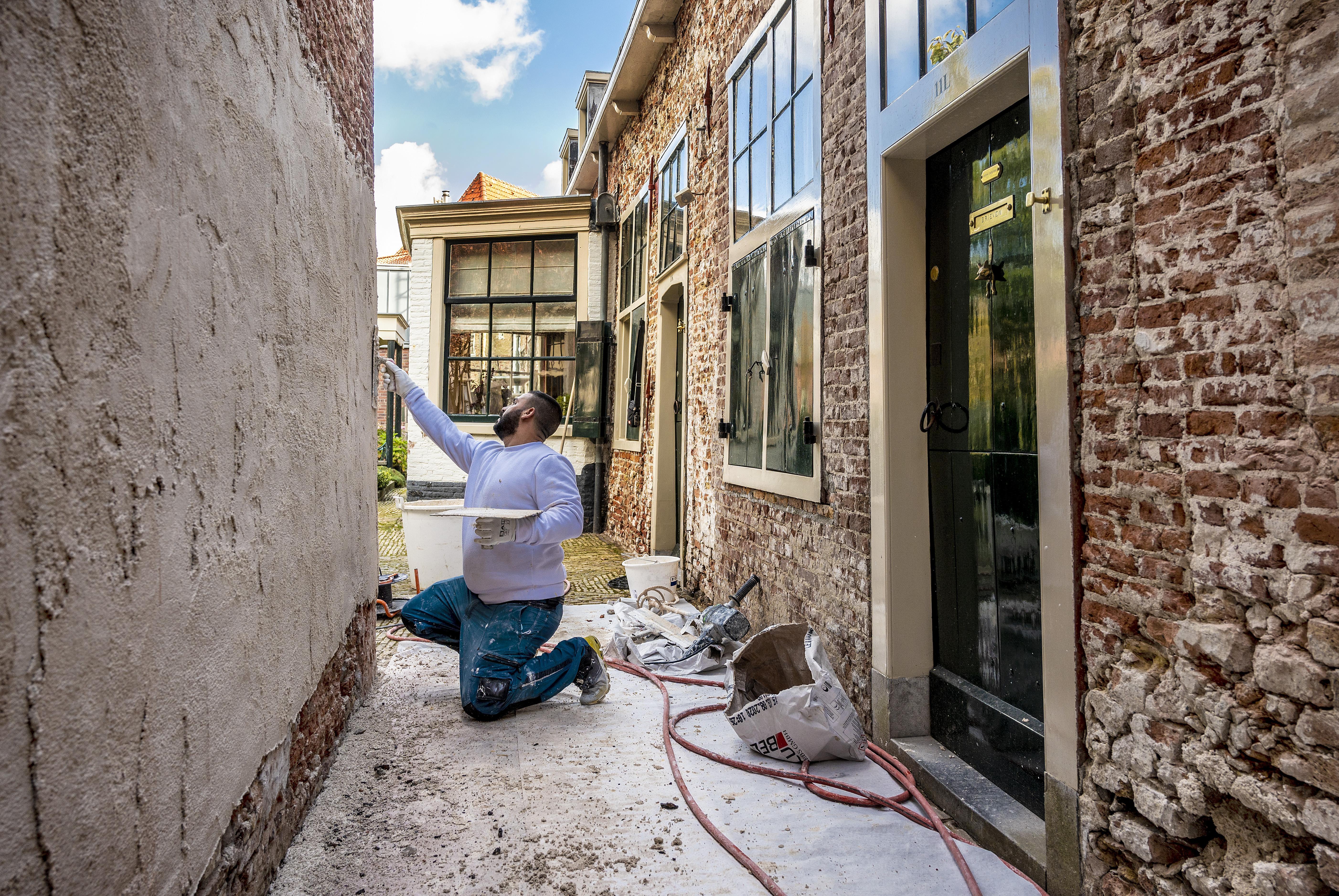 Ademend kalk moet vochtproblemen bij Hofje van Bakenes oplossen. 'Cement is een soort doodskleed'