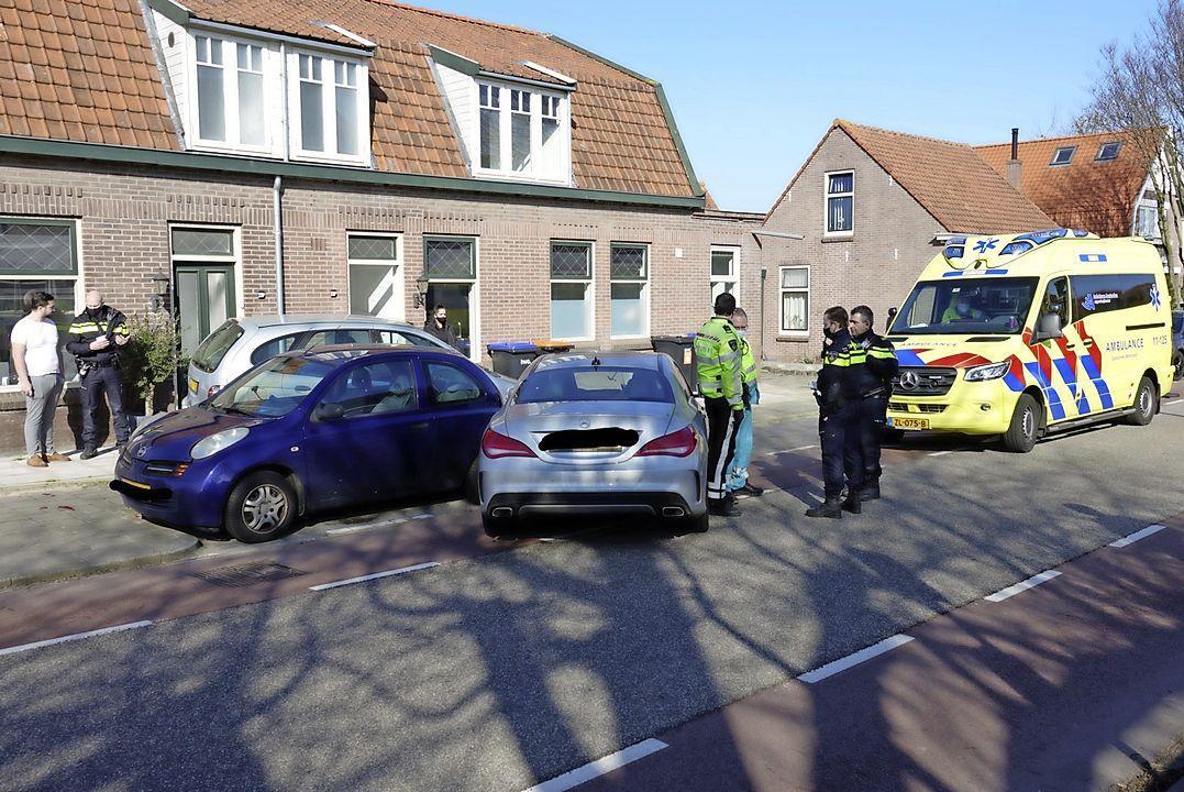 Automobilist ramt twee geparkeerde auto's in Assendelft