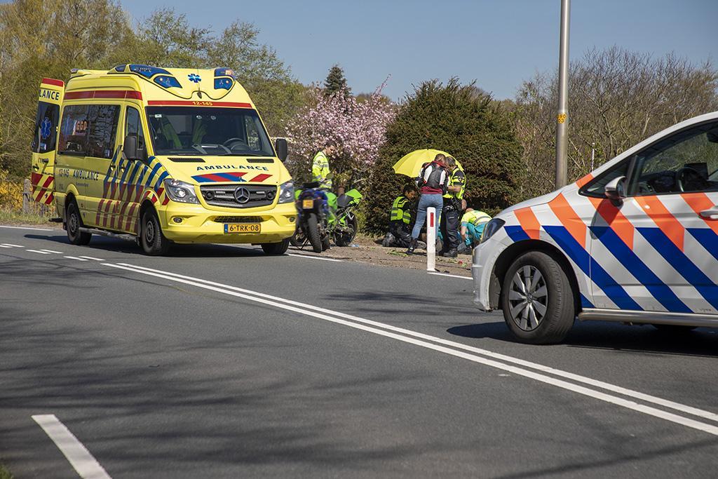 Motorrijder raakt van de weg en schiet voortuin in langs de N206 in Vogelenzang