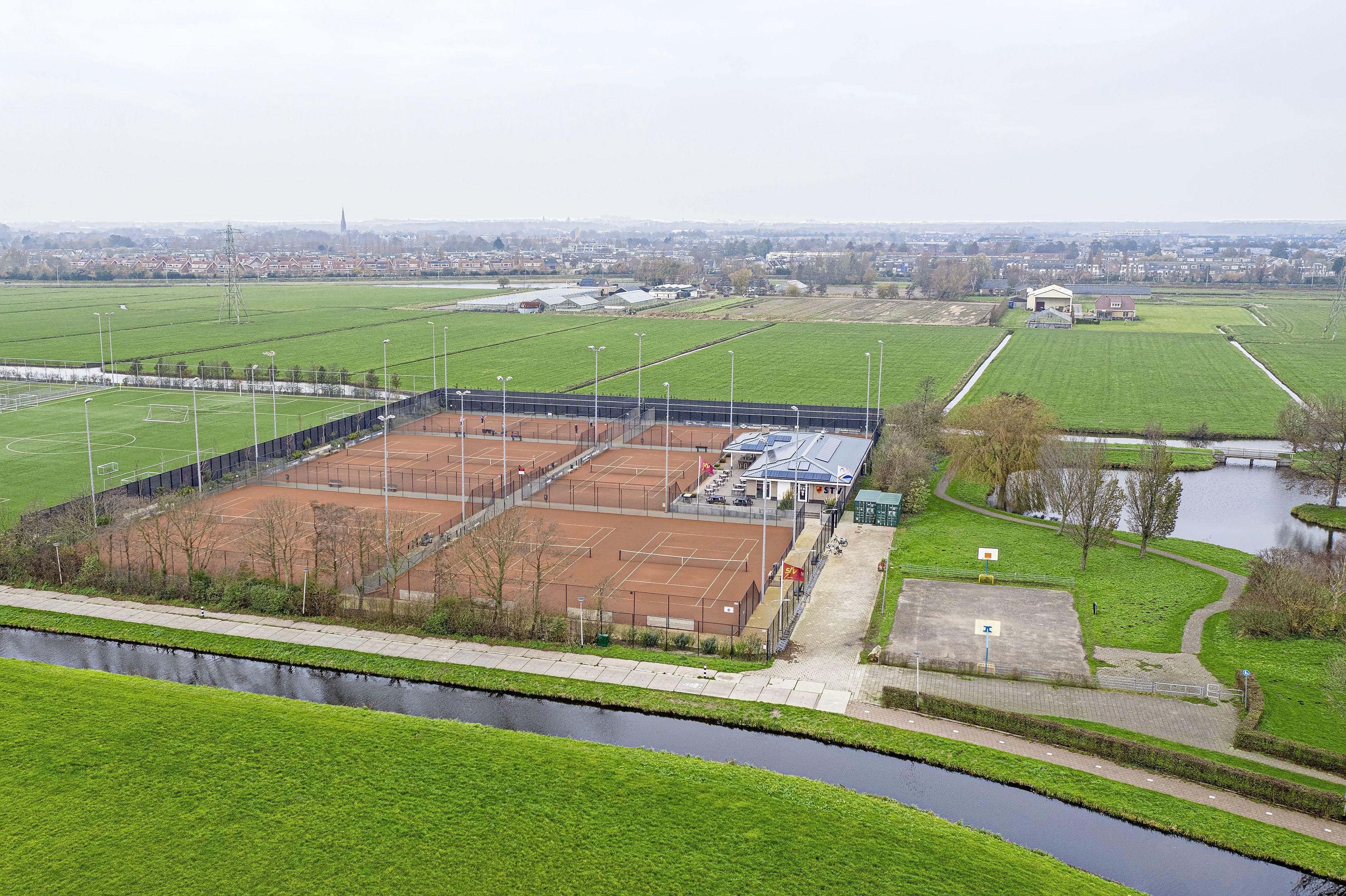 'Flat in plaats van huizen om ruimte te maken voor tennisbanen op terrein Langeveld in Sassenheim'