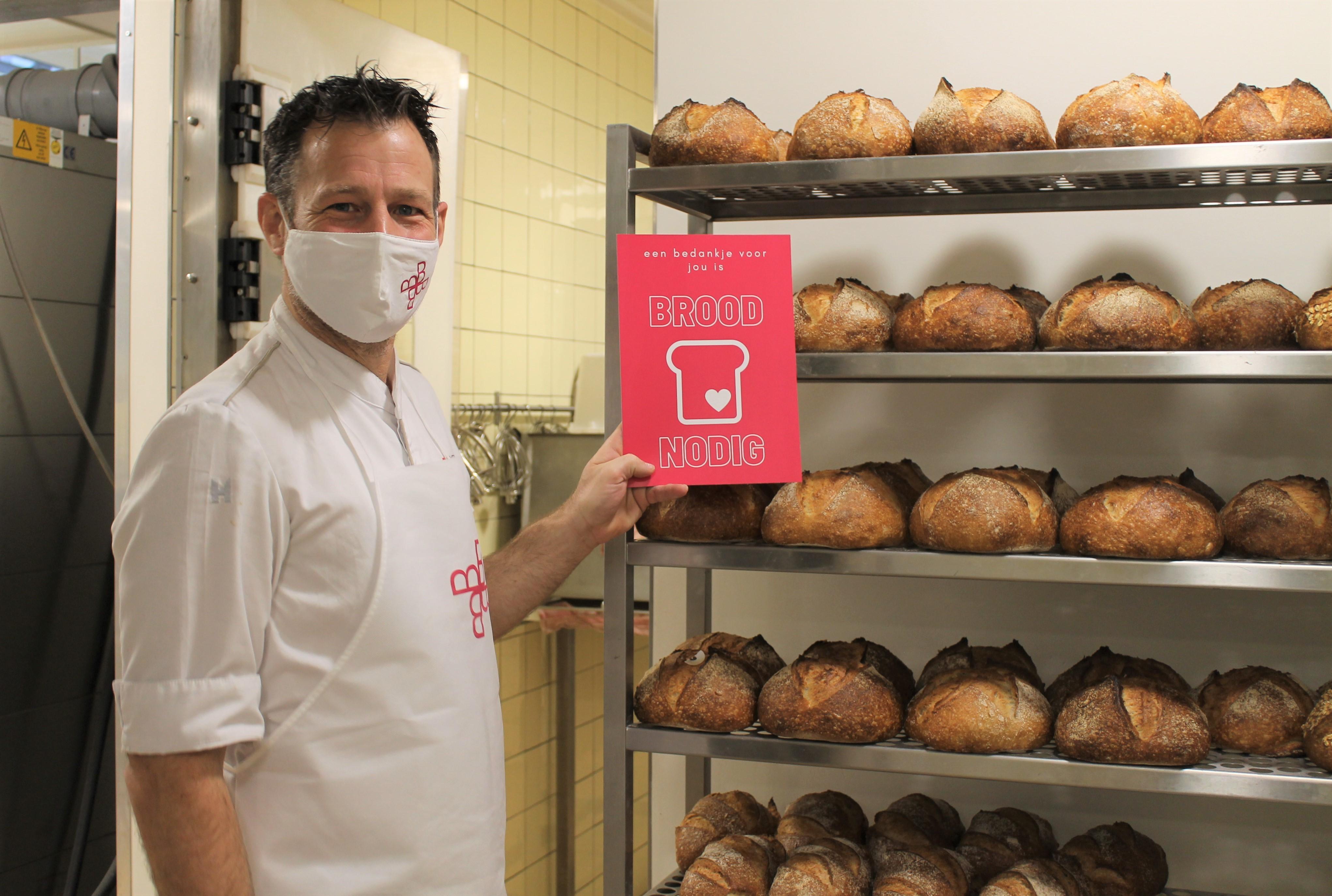 Bakkers in opleiding leggen vers brood voor de deur van verzorgingstehuis