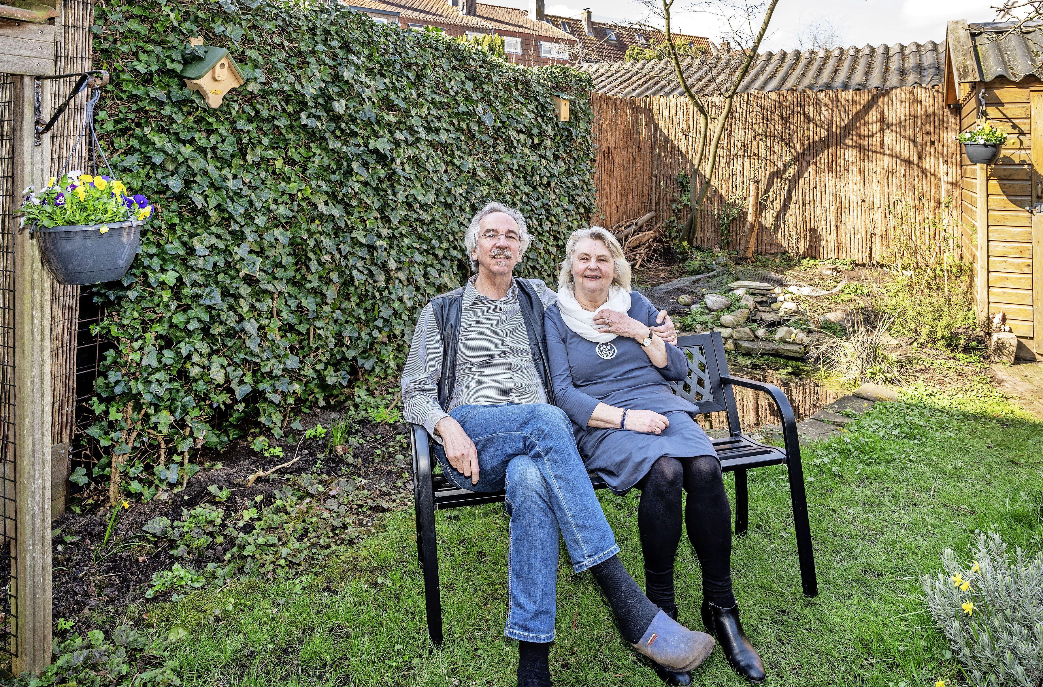 Haarlemse echtpaar strijdt voor de tuinvogels: 'Voer je kat vlees en vervang een tegel door een boompje'