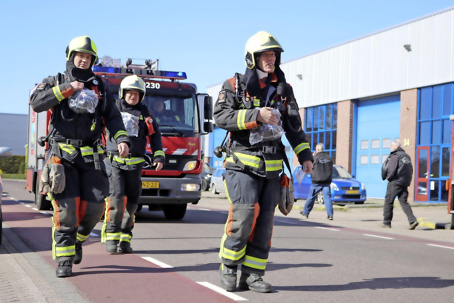 Brand in timmerfabriek Noordwijkerhout; brandweer met meerdere eenheden ter plaatse