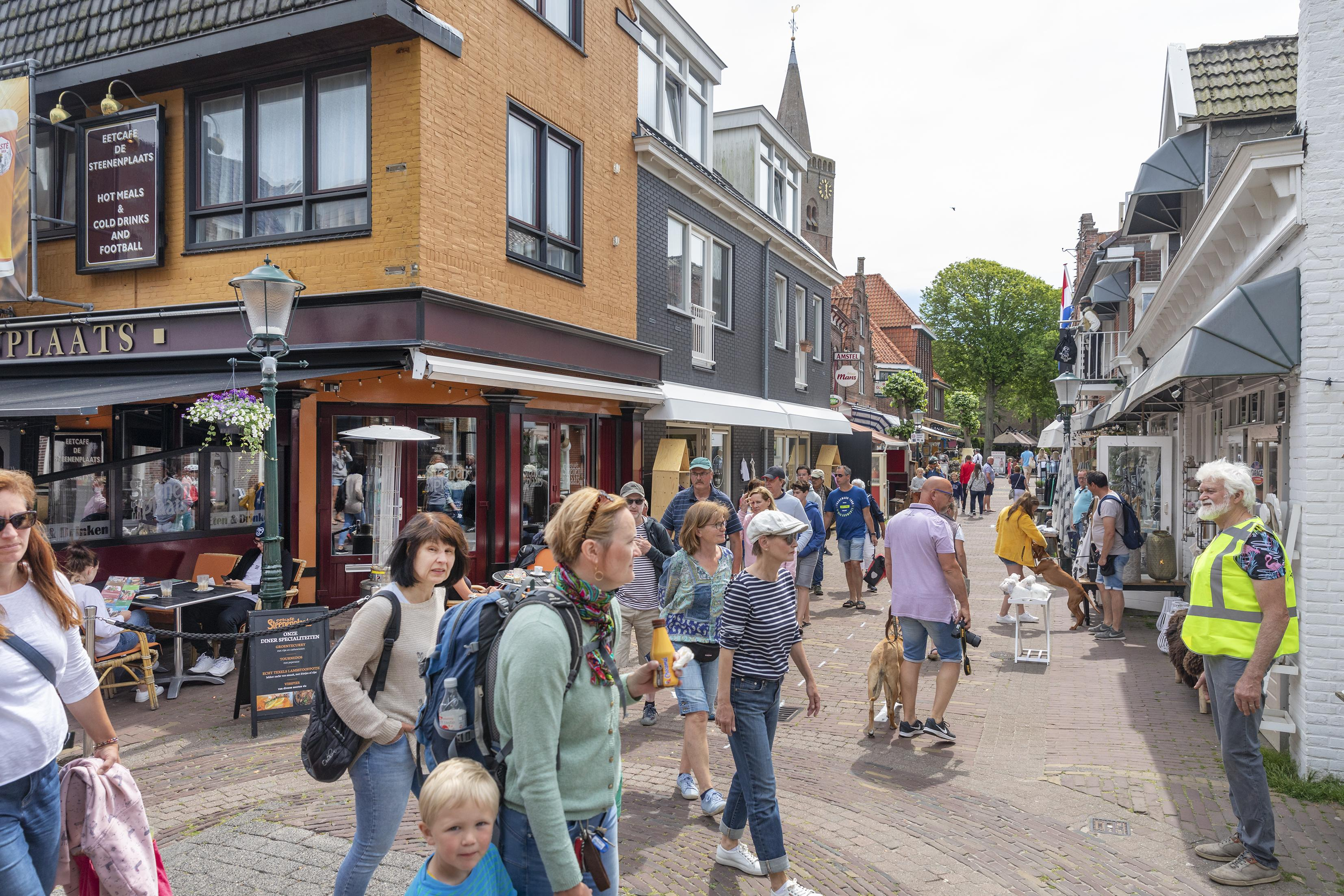 De ogen en oren in het veld, maar de gastvrouwen en -heren kosten Texel wel 75.000 euro. Vanaf half juni boetes voor fietsers in winkelstraten.