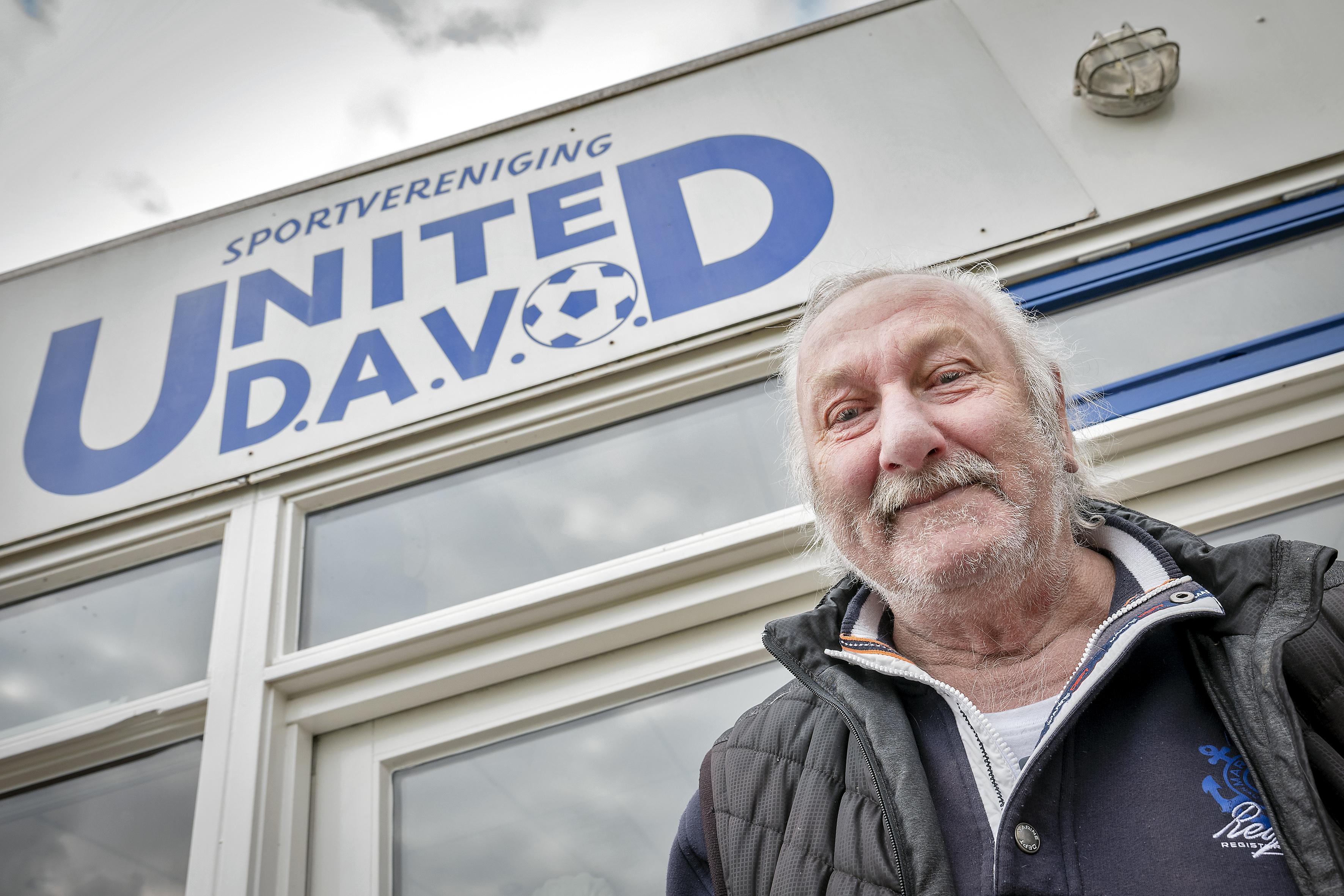 Ton 'Davo' Hulsebosch balanceerde op het randje van de dood, verloor zijn bedrijf en huis, maar zwaait met zijn handen als kolenschoppen weer naar iedereen