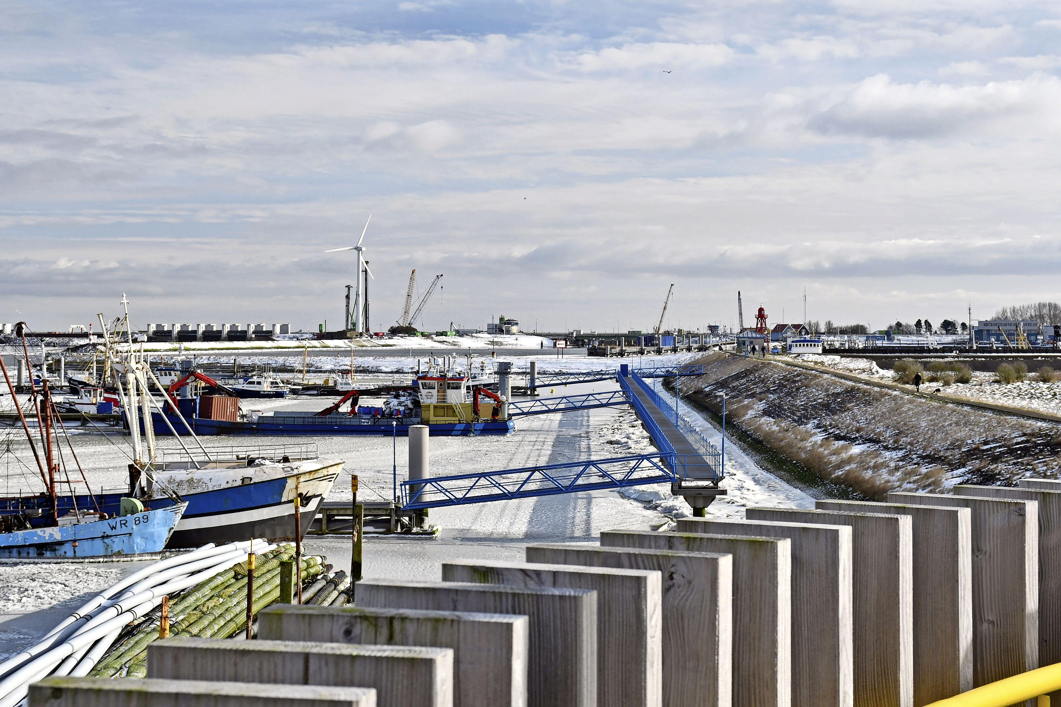 Wieringer vissers die per se willen uitvaren, wijken uit naar de ijsvrije haven van Den Helder. Wie in Den Oever blijft, 'kan altijd nog gaan schaatsen'