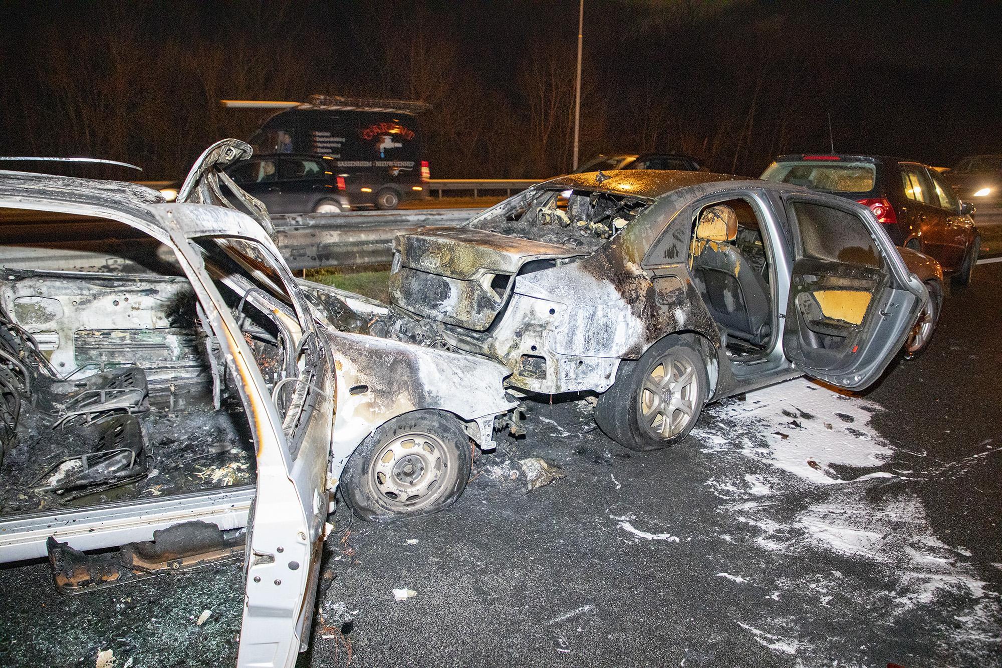 Tien auto's betrokken bij kettingbotsing op A9, een voertuig in brand