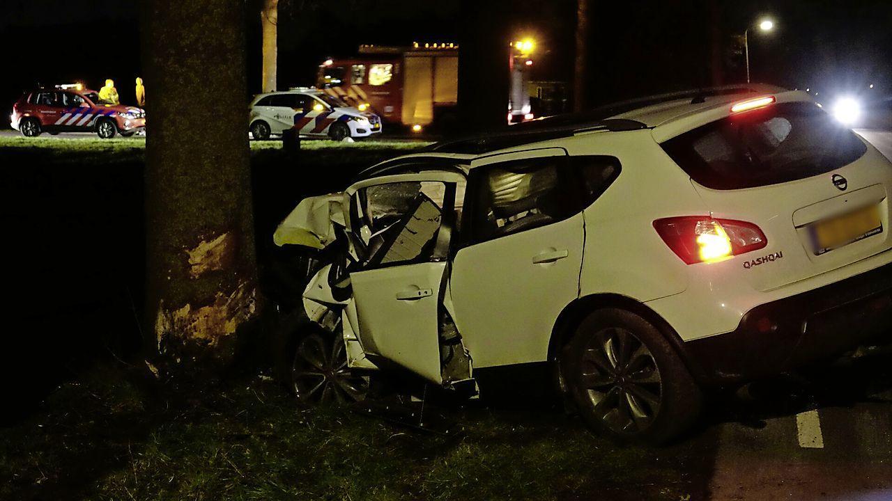 Auto vliegt uit de bocht en ramt boom in Wognum, bestuurder gewond