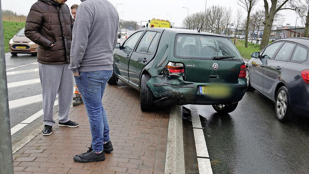 Auto's botsen na remactie voor parende meerkoeten in Heerhugowaard; vrouw gewond