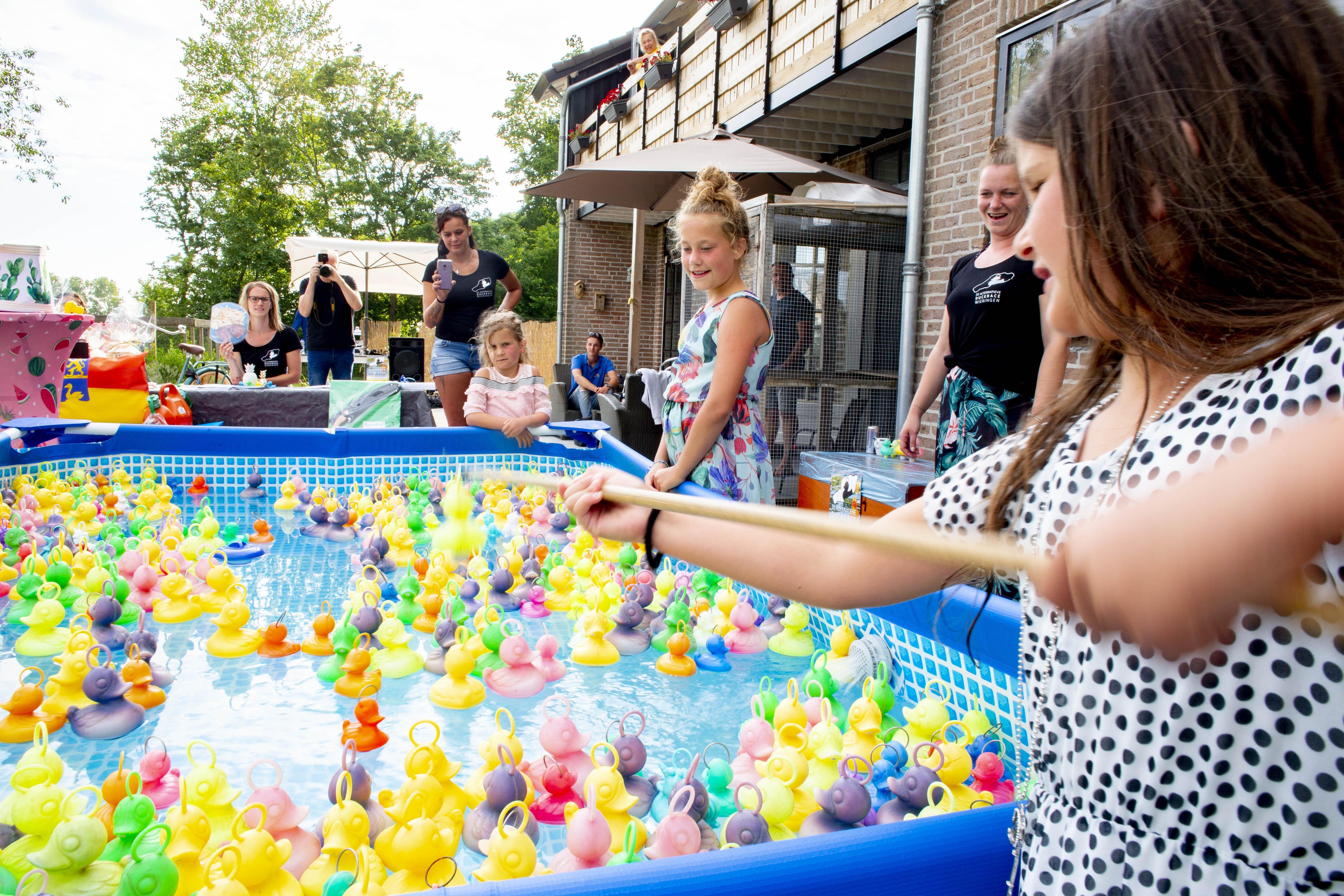 Duckrace in Westerland ditmaal om ondernemers de coronacrisis door te helpen: 2.400 euro opgehaald met prijzen als een fiets en een rondleiding op een marineschip