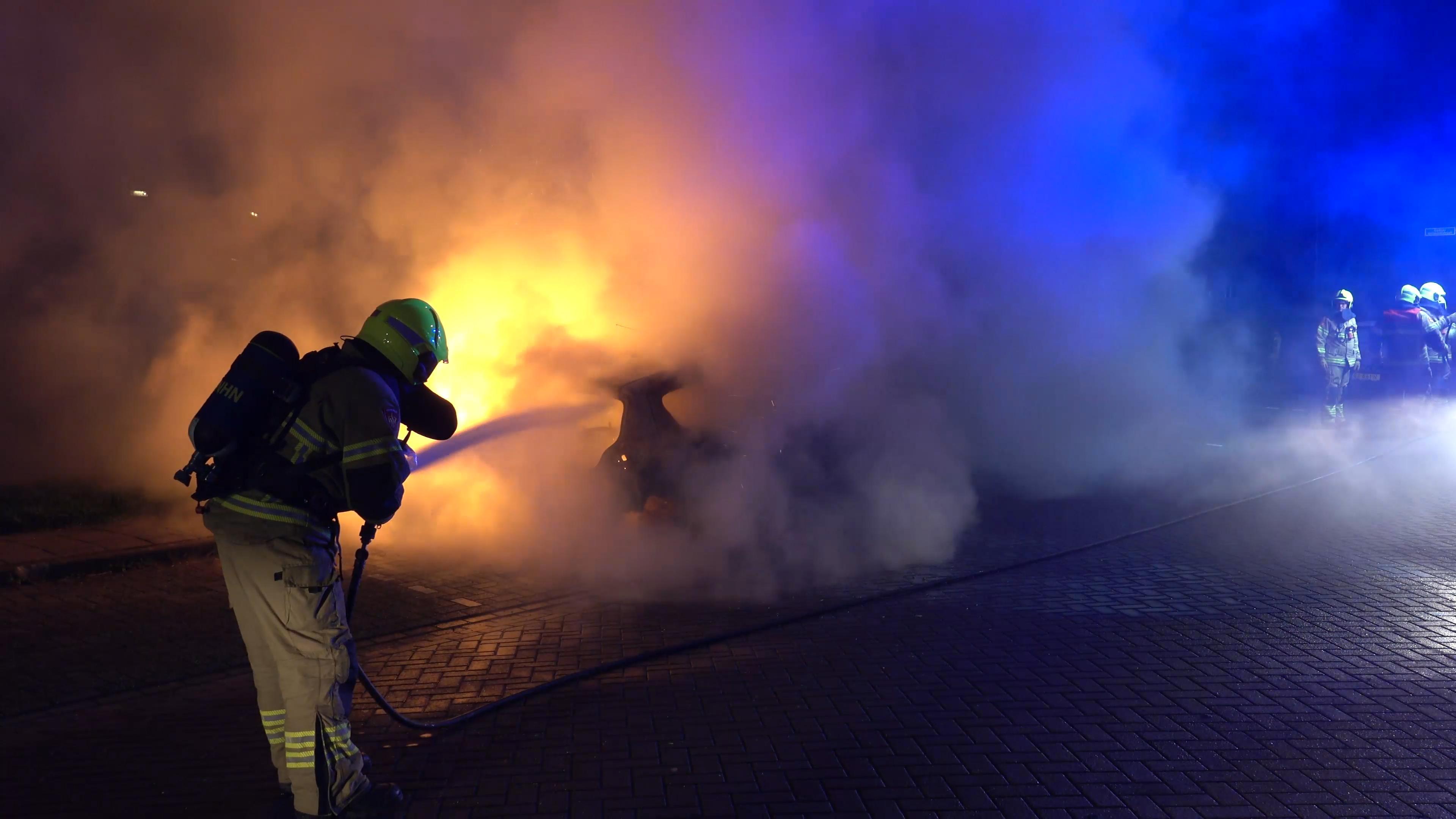 Auto gaat in vlammen op in Noord-Scharwoude [video]