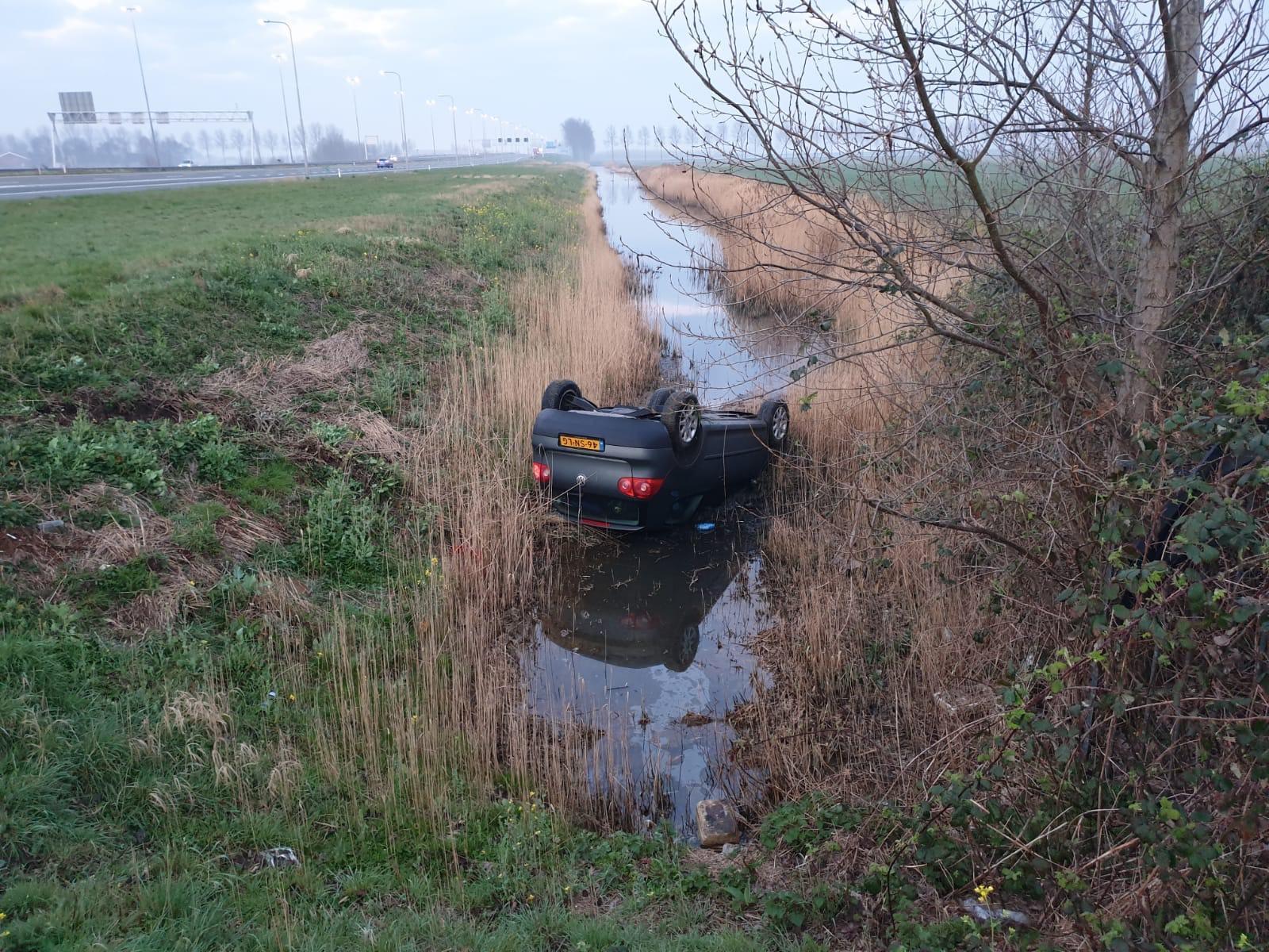 Auto belandt op zijn kop in sloot langs A4 bij Weteringbrug
