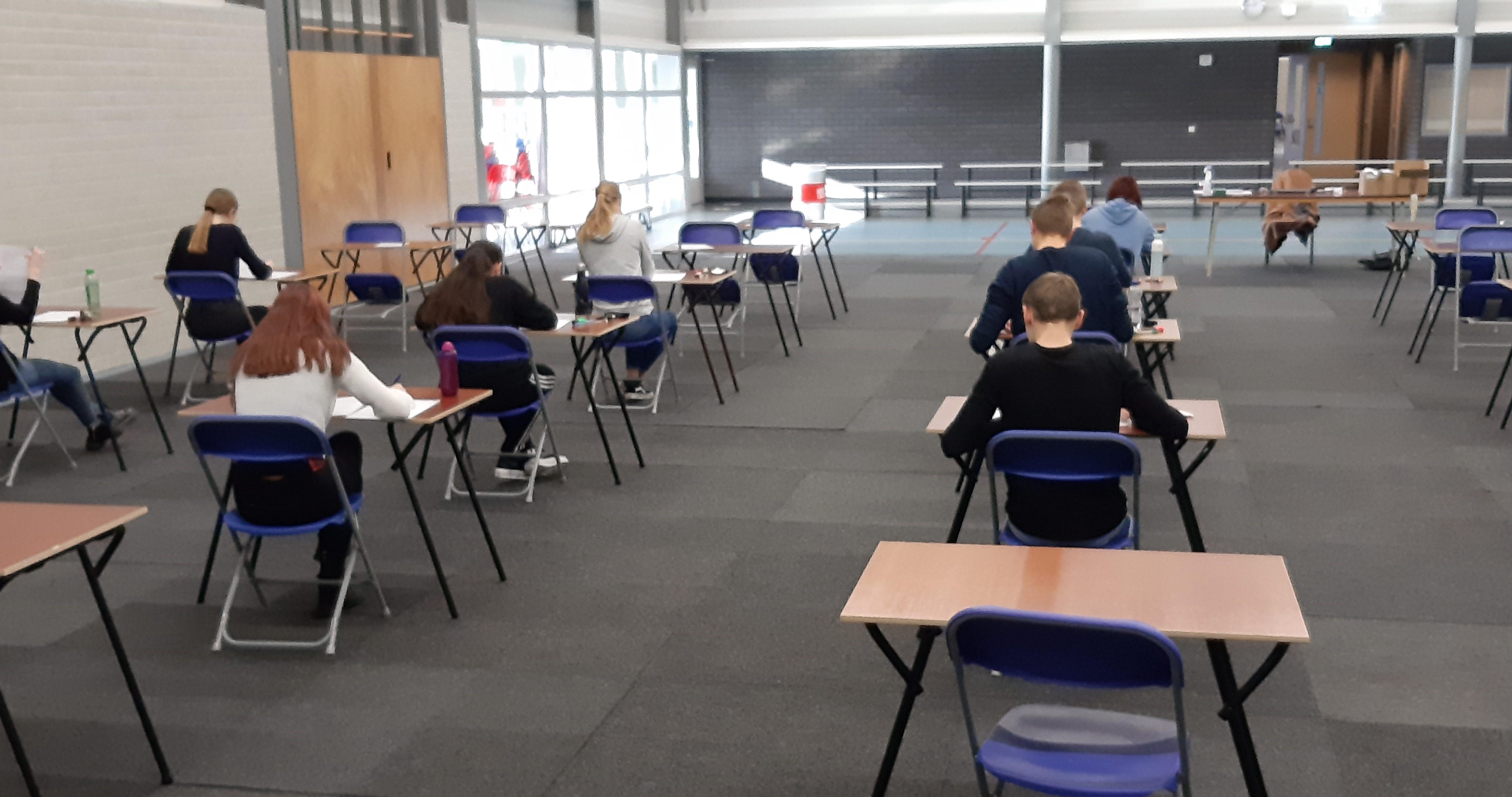 Toetsen in voortgezet onderwijs gaan gewoon door: vaak in de gymzaal maar soms ook gewoon in het klaslokaal