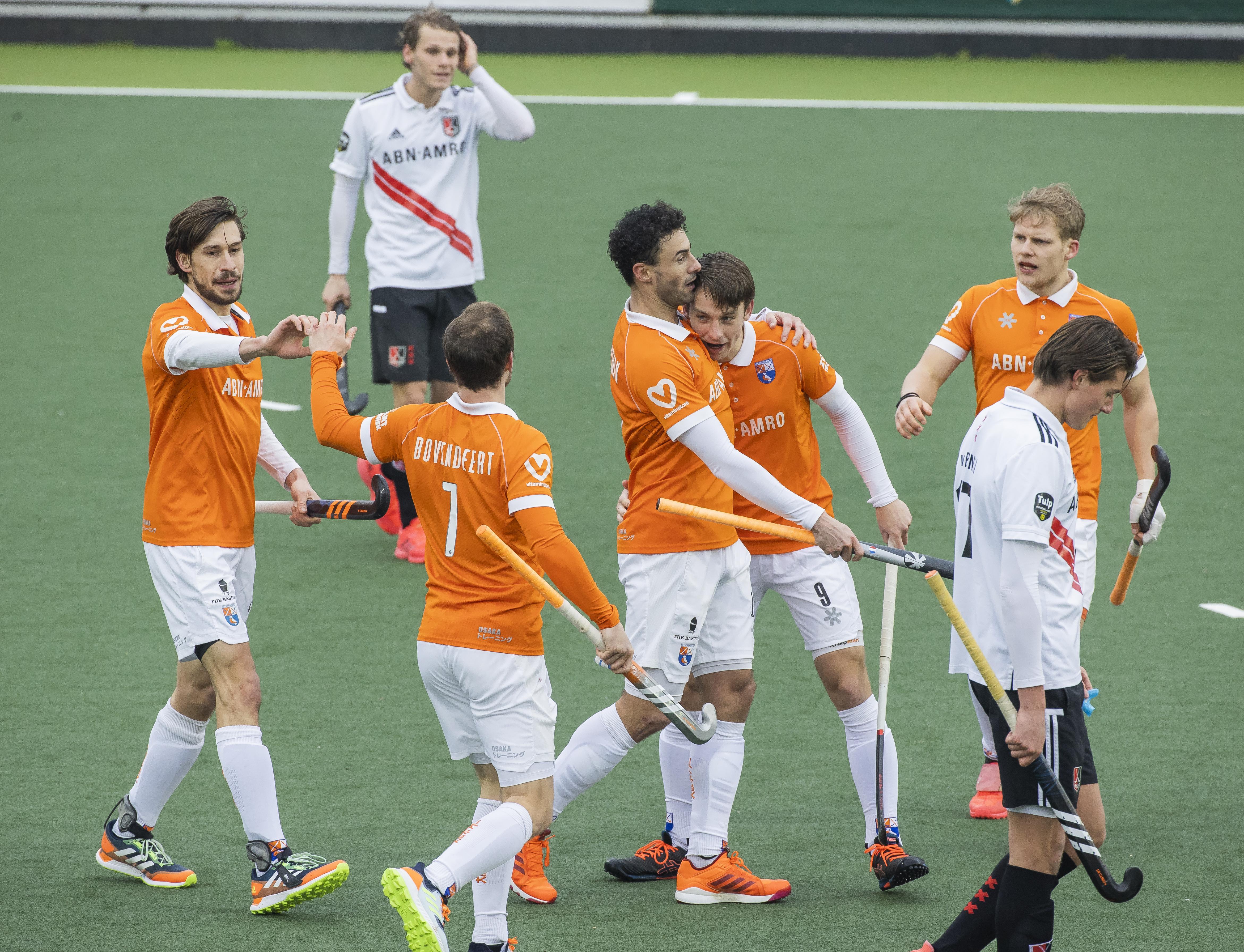 Hockeyploeg Bloemendaal heeft in Amsterdam niets te vrezen van thuisploeg en boekt negende zege van deze competitie
