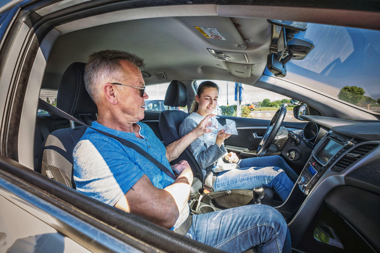 Contactberoepen na de herstart: 'Mondkapje in auto? Ik maak me geen zorgen', zegt rij-instructeur Dick Sassen