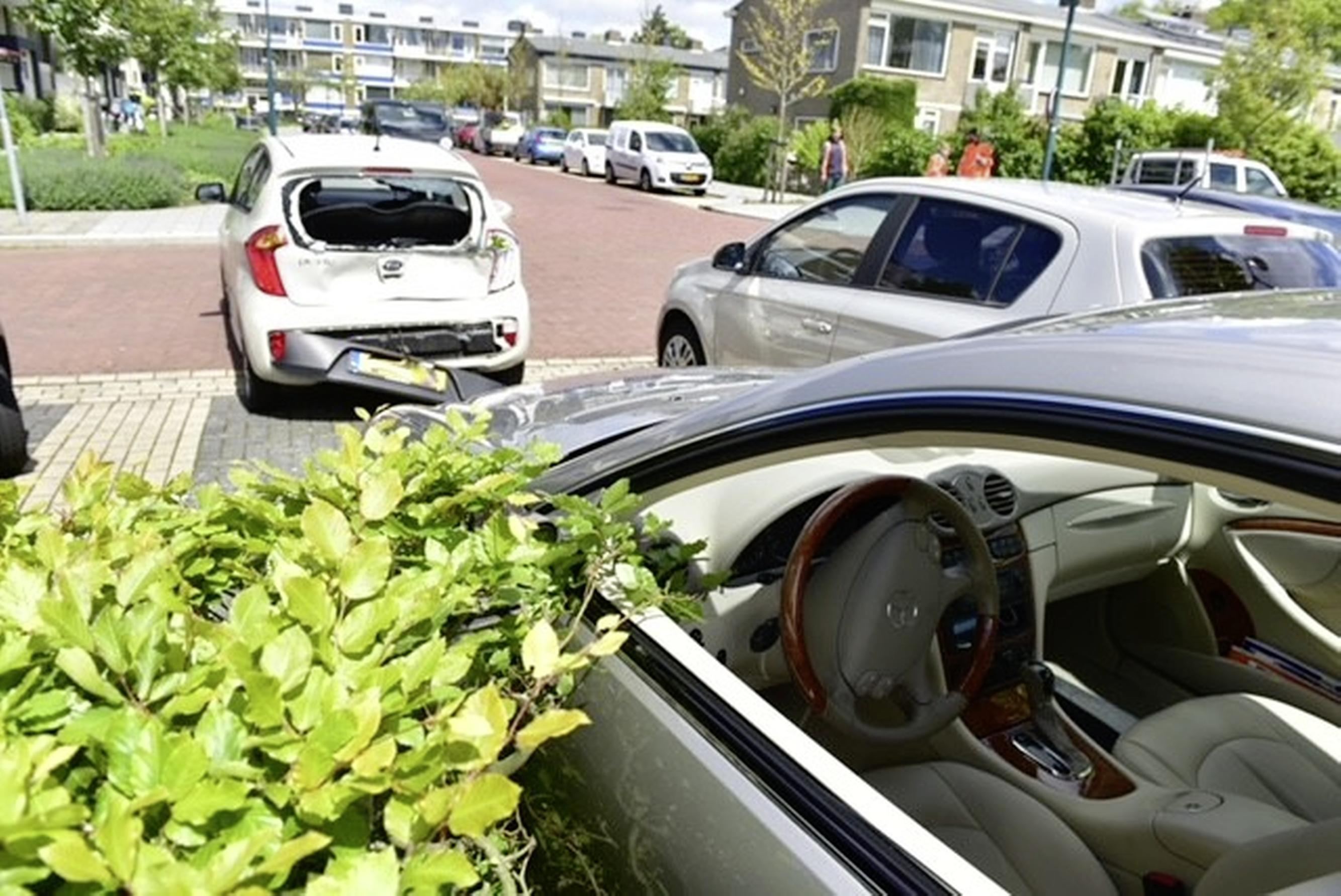 Vrouw ramt andere auto bij inparkeren in Oegstgeest