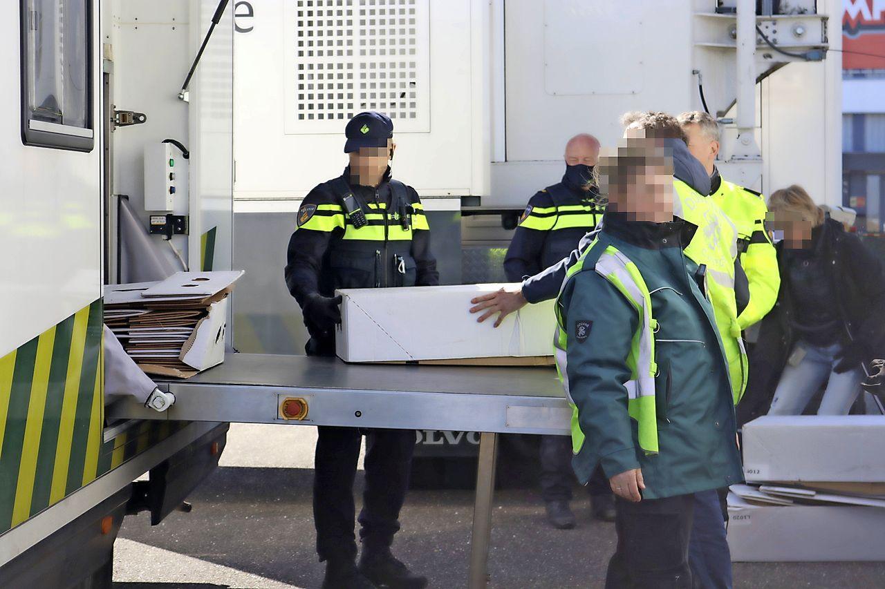 Politie en douane zetten speciale speurhonden in bij vrachtwagencontrole in Noordwijk