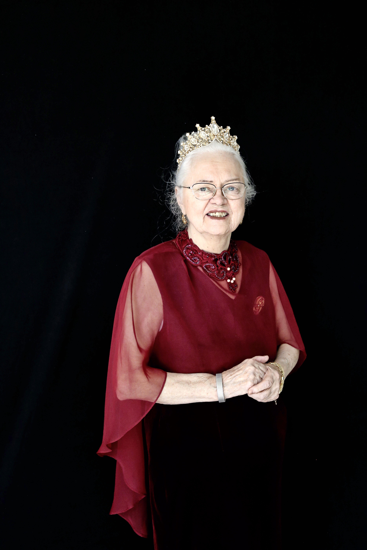 'Ben ik dat? Ik lijk wel een koningin'; Voor Koningsdag maakte woon-zorgcentrum De Eemhof koninklijke portretten van zijn bewoners